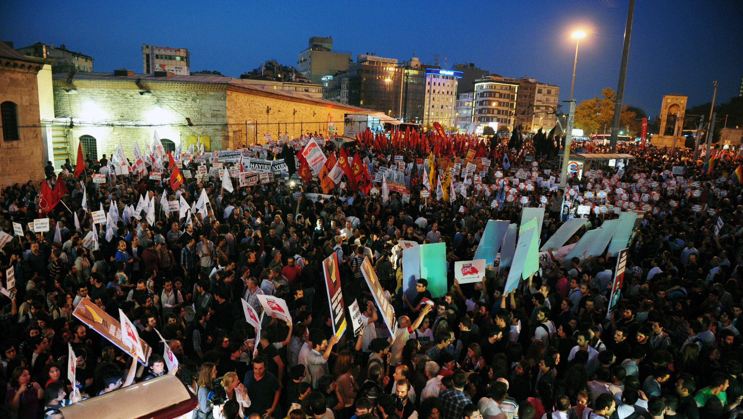After deadly shelling on the Syria-Turkey border, protesters demonstrate against war.