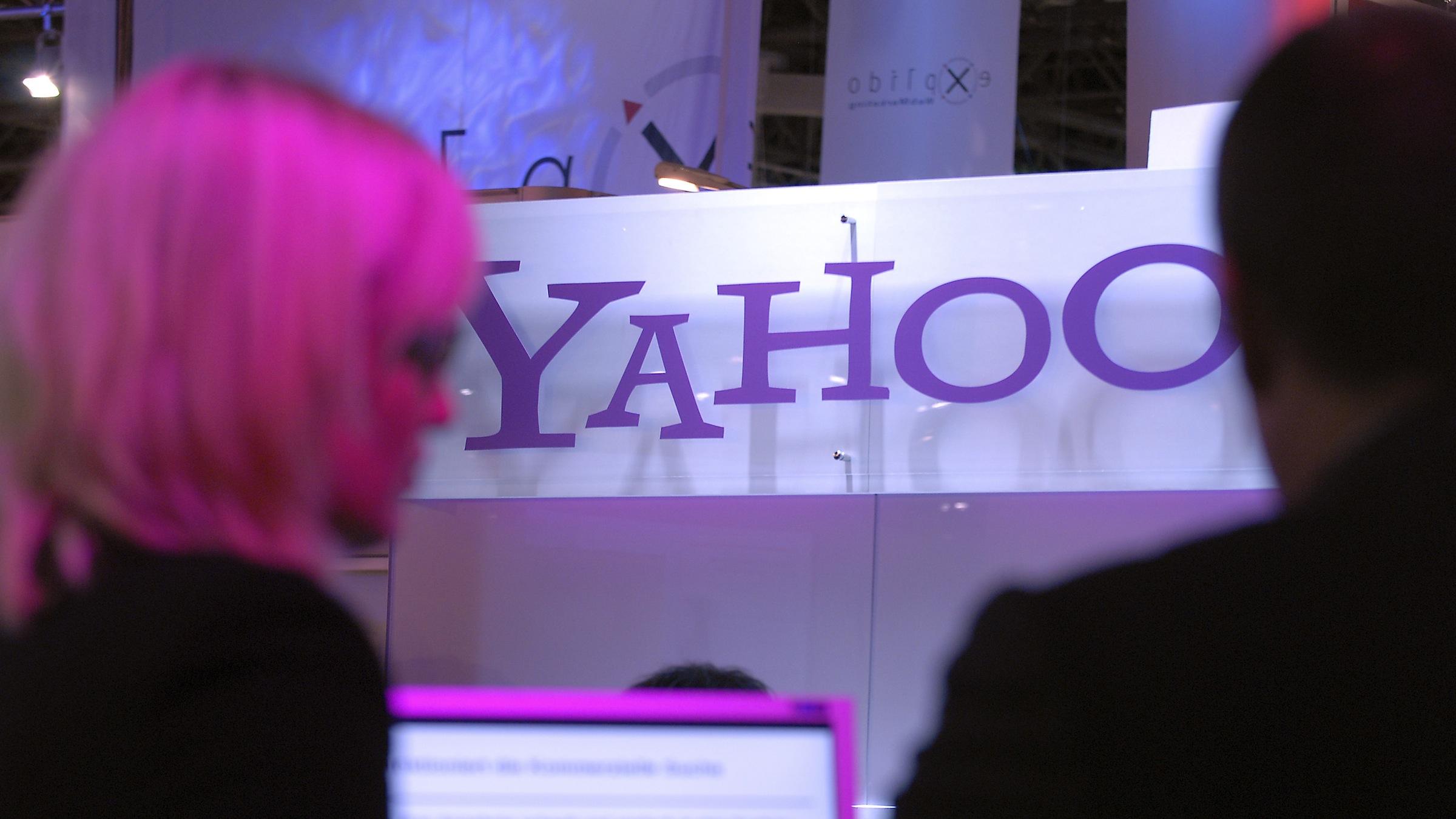ARCHIV: Besucher stehen in Duesseldorf an einem Messestand der Firma Yahoo (Foto vom 25.09.07). Enttaeuschende Zahlen des Internetkonzerns daempften am Dienstag (17.07.12) die Aufregung um die Besetzung des Chefpostens. Im zweiten Quartal lag der Gewinn bei 227 Millionen Dollar (185,5 Millionen Dollar) oder 18 Cent pro Aktie, das entspricht einem Rueckgang von vier Prozent im Vergleich zum Vorjahreszeitraum. Analysten hatten einen Wert von 20 Cent pro Aktie erwartet. Der Umsatz ging im Zeitraum April bis Juni um ein Prozent auf 1,22 Milliarden Dollar (997 Millionen Dollar) zurueck. Die hoechsten Einnahmen des Internetunternehmens waren auf seine Anteile an der japanischen Version von Yahoo sowie der chinesischen Alibaba Group zurueckzufuehren. Die Einnahmen aus diesen Anteilen und anderen Investitionen beliefen sich zusammen auf 180 Millionen Dollar. Das entspricht einem Anstieg um 65 Prozent im Vergleich zum Vorjahr. (zu dapd-Text) Foto: Rene Tillmann/AP/dapd