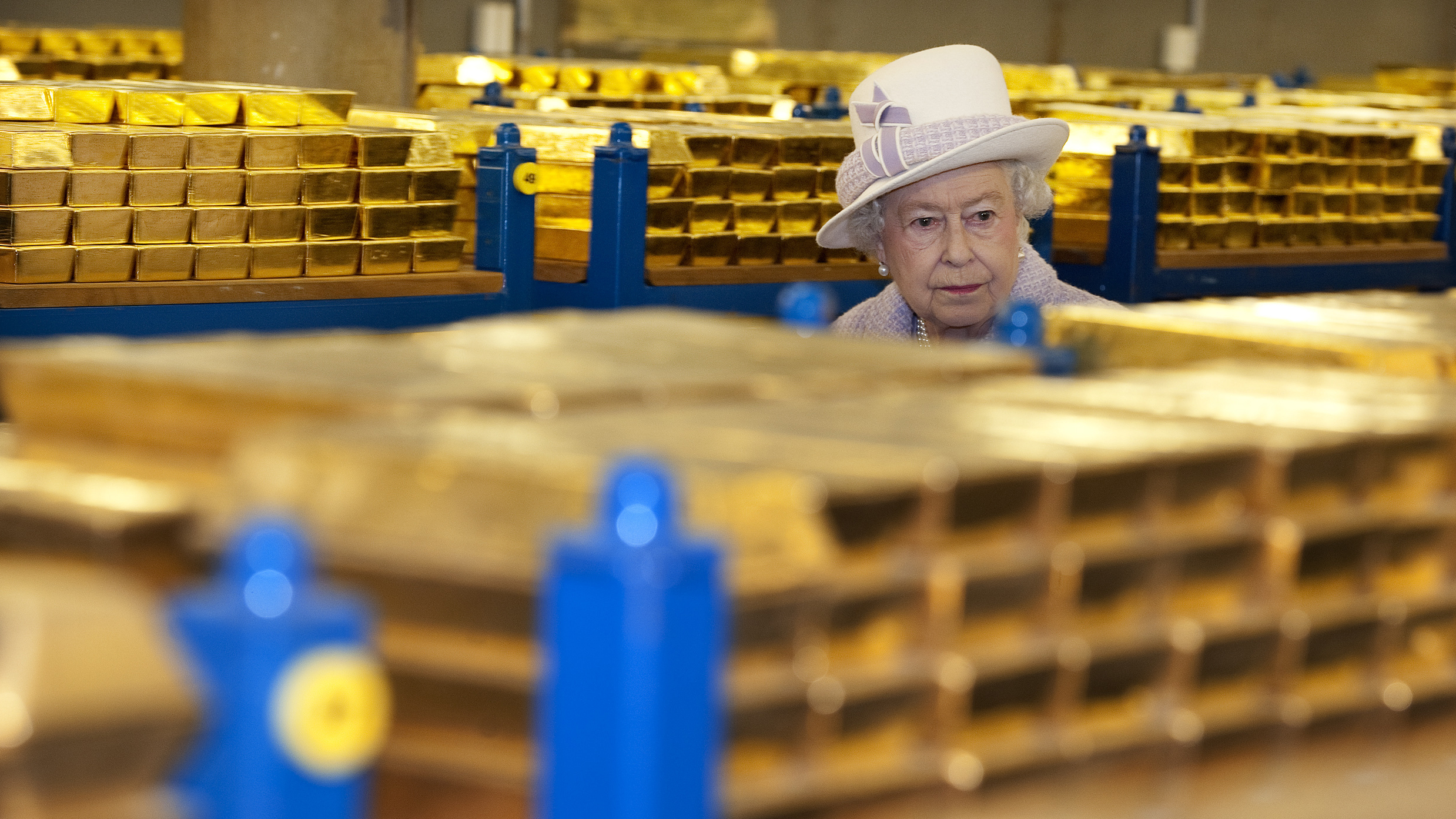 Queen inspects Bank of England's gold bars