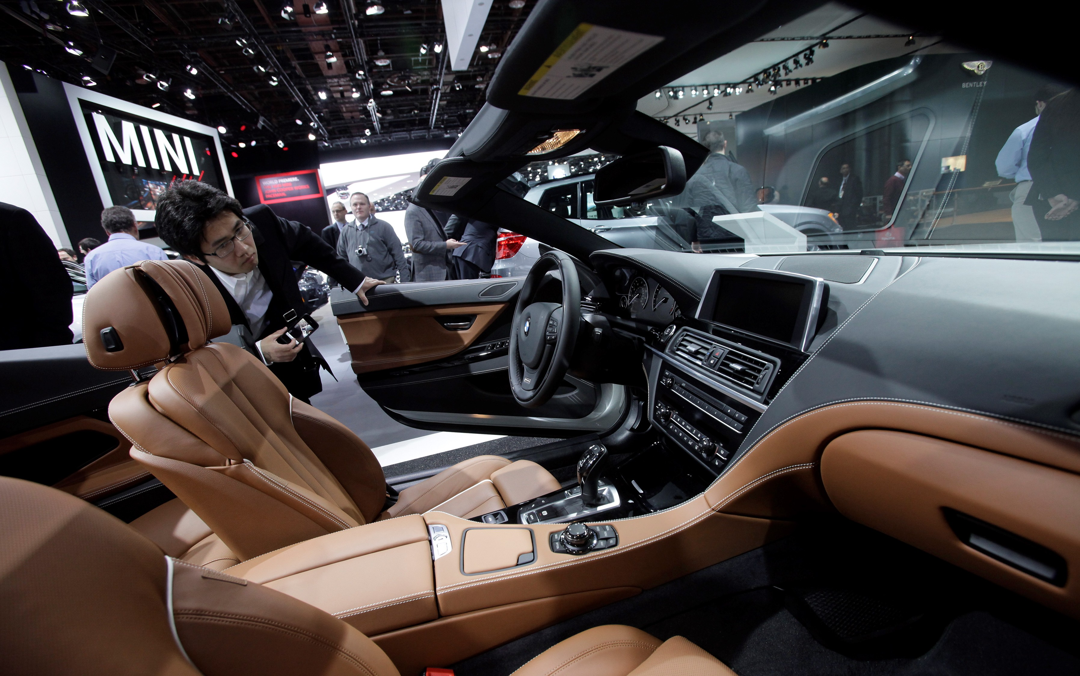 A man looks inside the BMW 650i at the North American International Auto Show in Detroit, Michigan, Thursday, Jan. 17, 2013. +++ AP OUT! Foto: J.D. Pooley/Sipa USA/dapd