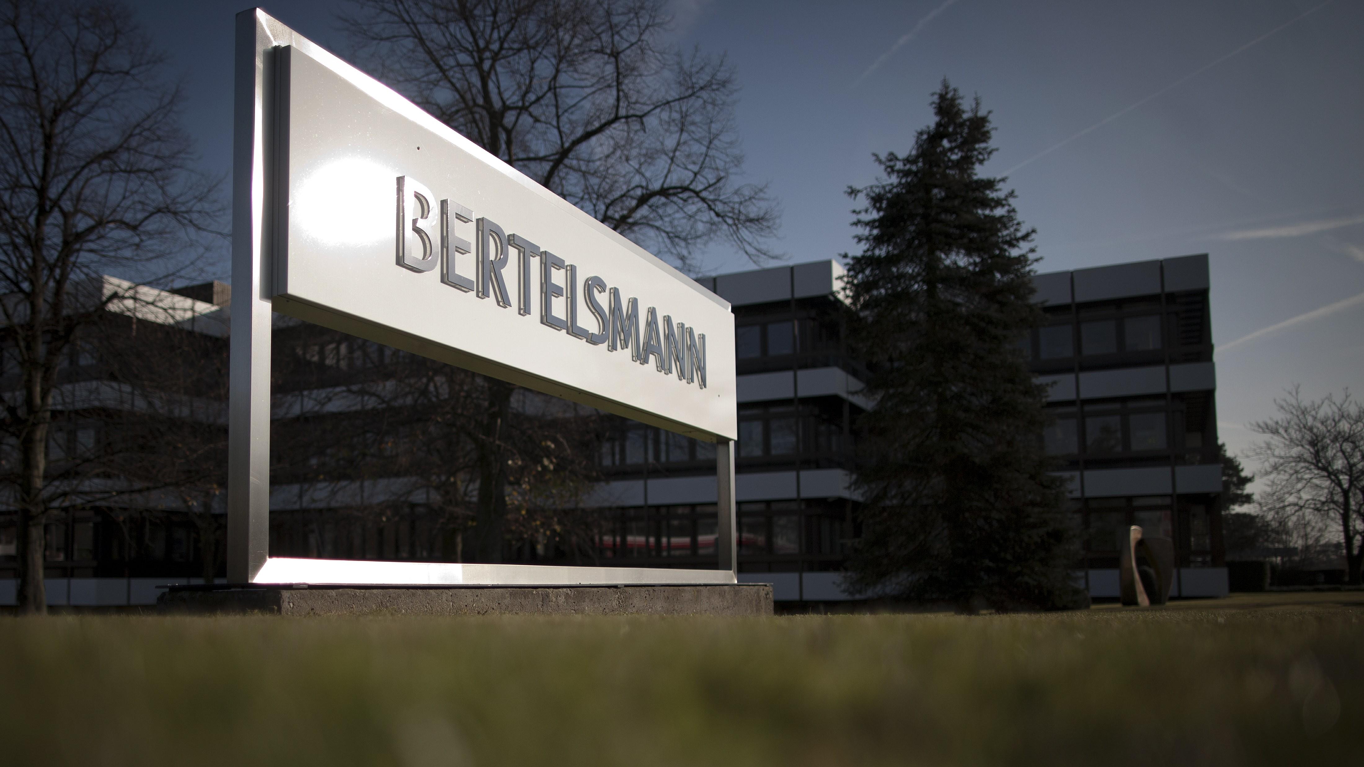 """ARCHIV: Ein Schild mit der Aufschrift """"Bertelsmann"""" steht vor dem Hauptsitz der Bertelsmann AG in Guetersloh (Foto vom 16.11.11). Bertelsmann veroeffentlicht am Dienstag (13.11.12) seine Quartalszahlen. (zu dapd-Text) Foto: Timur Emek/dapd"""