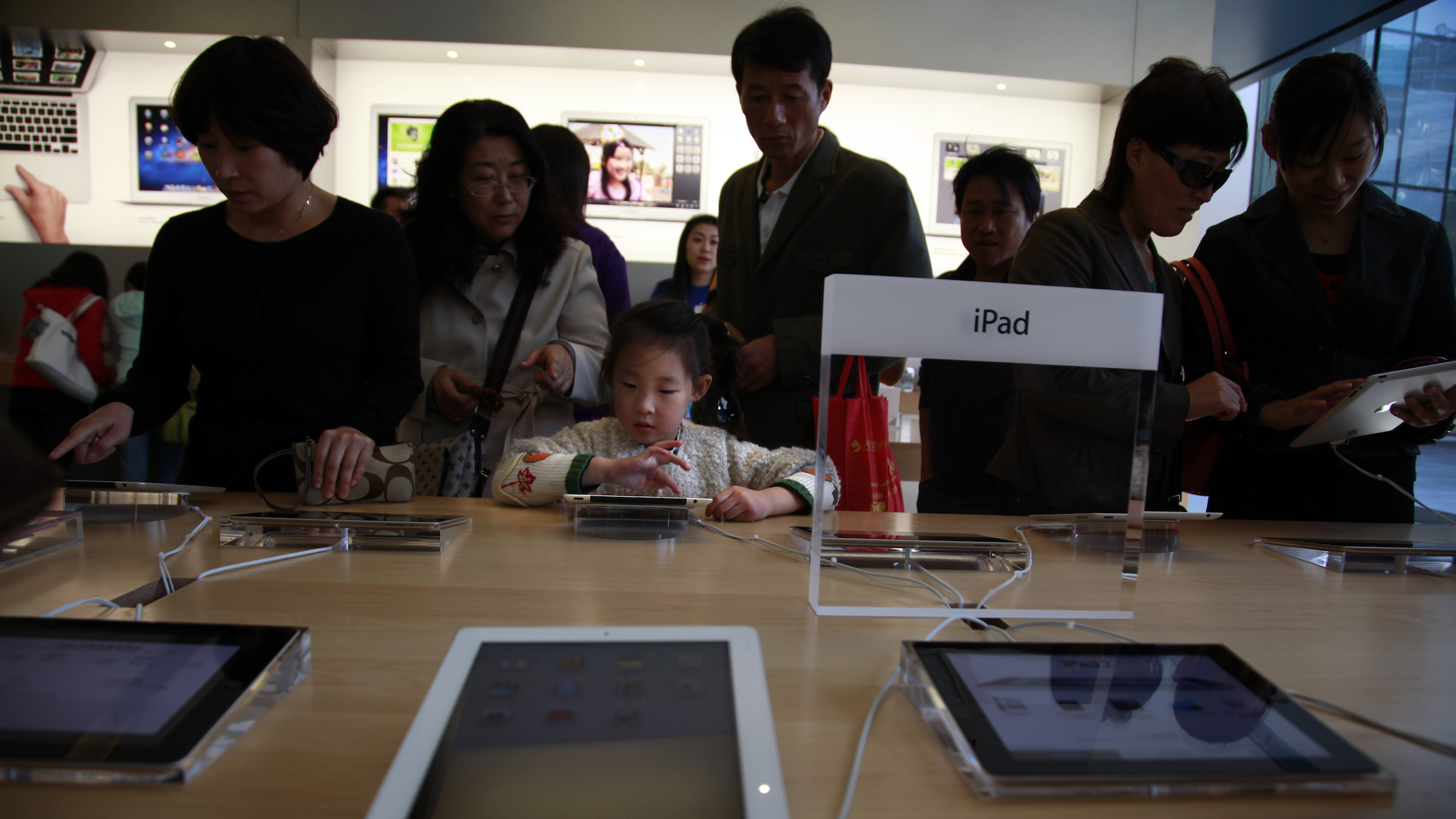 Chinese shoppers eye the iPad