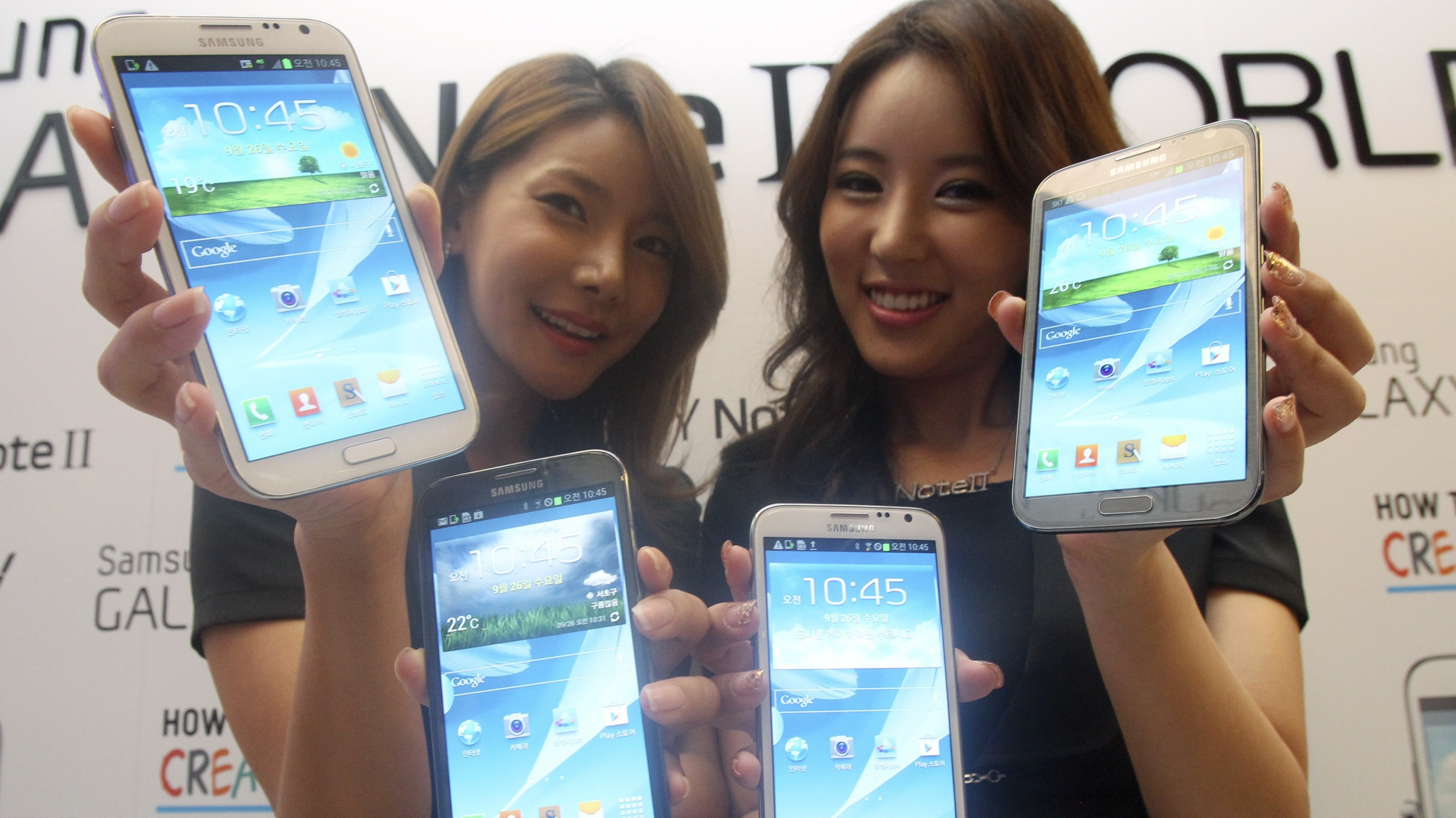 Models hold Samsung Electronics' Galaxy Note II smartphones during its unveiling ceremony in Seoul, South Korea, Wednesday, Sept. 26, 2102. The Galaxy Note II , which runs on Android 4.1 with 1.6 GHz and its goes on sale in the domestic market from Wednesday, Sept. 26 (AP Photo/Ahn Young-joon)