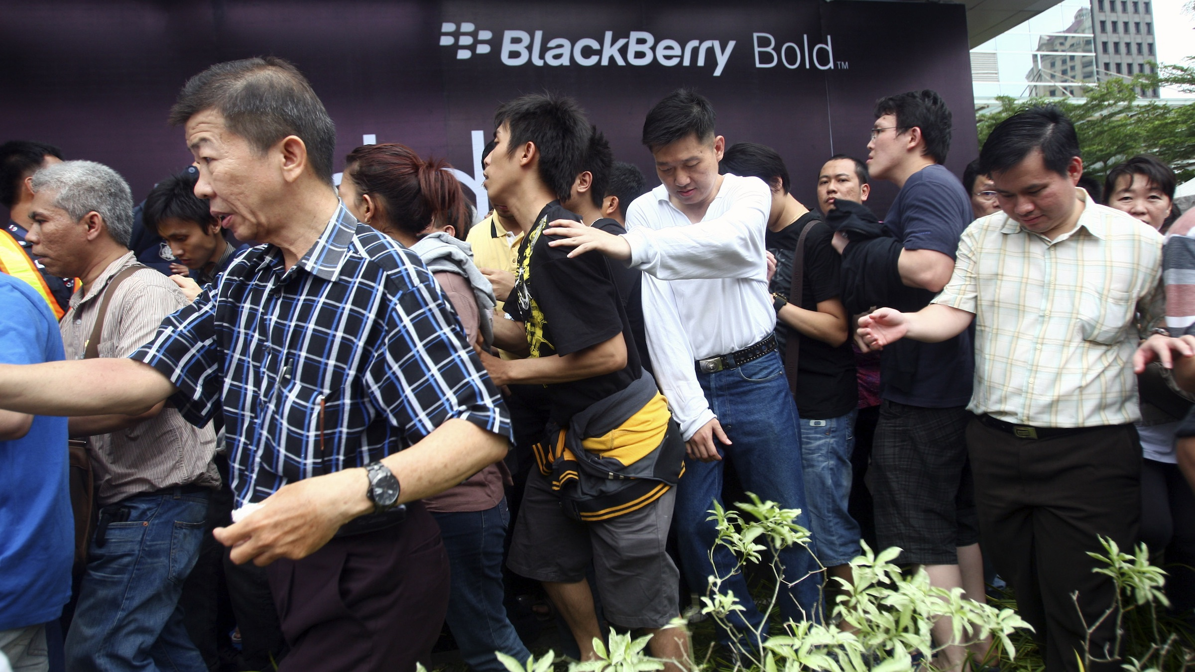 Impatient Indonesians rush to the queue line to buy the new BlackBerry 9790