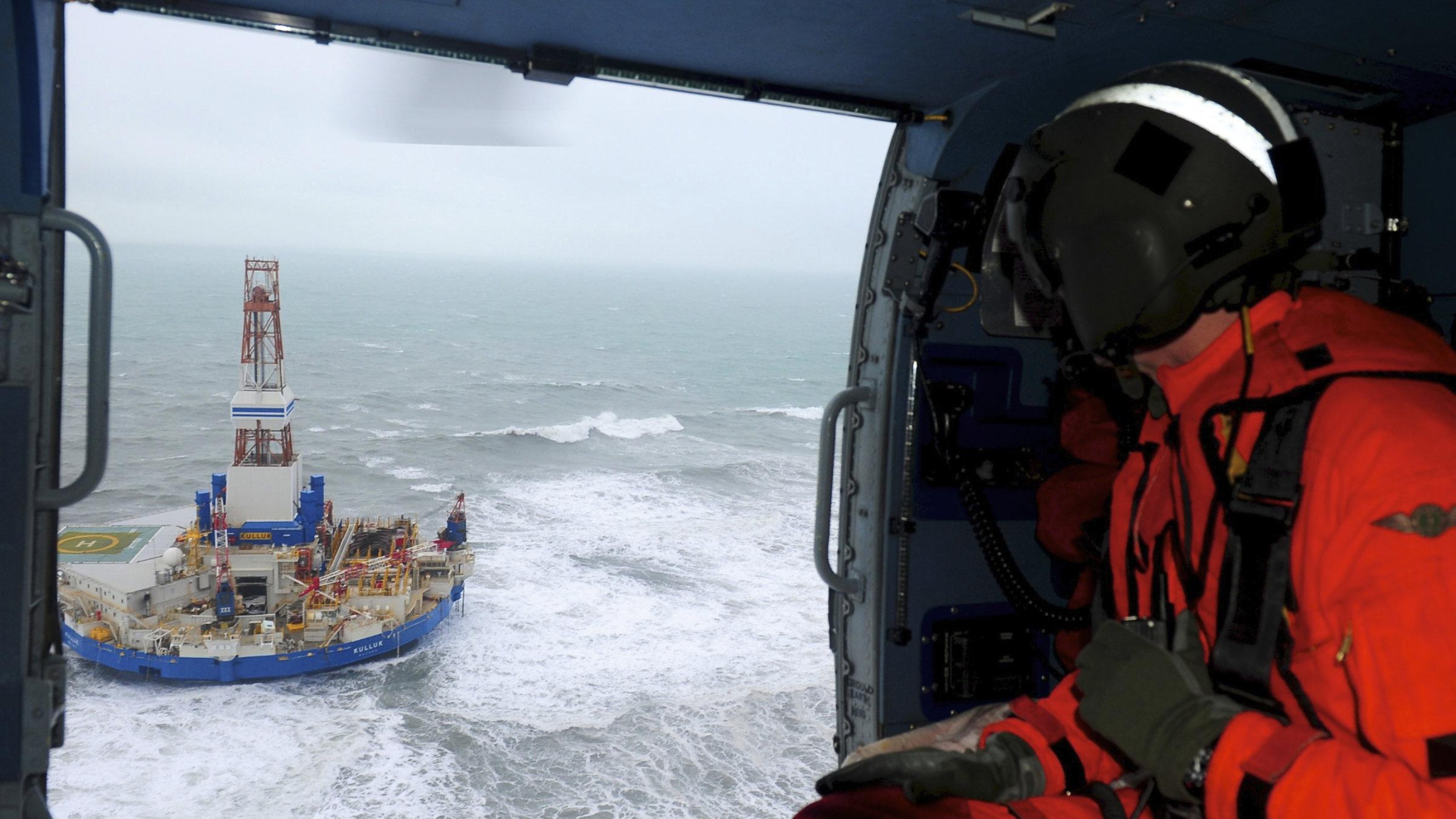 Rescuers approach the Kulluk vessel