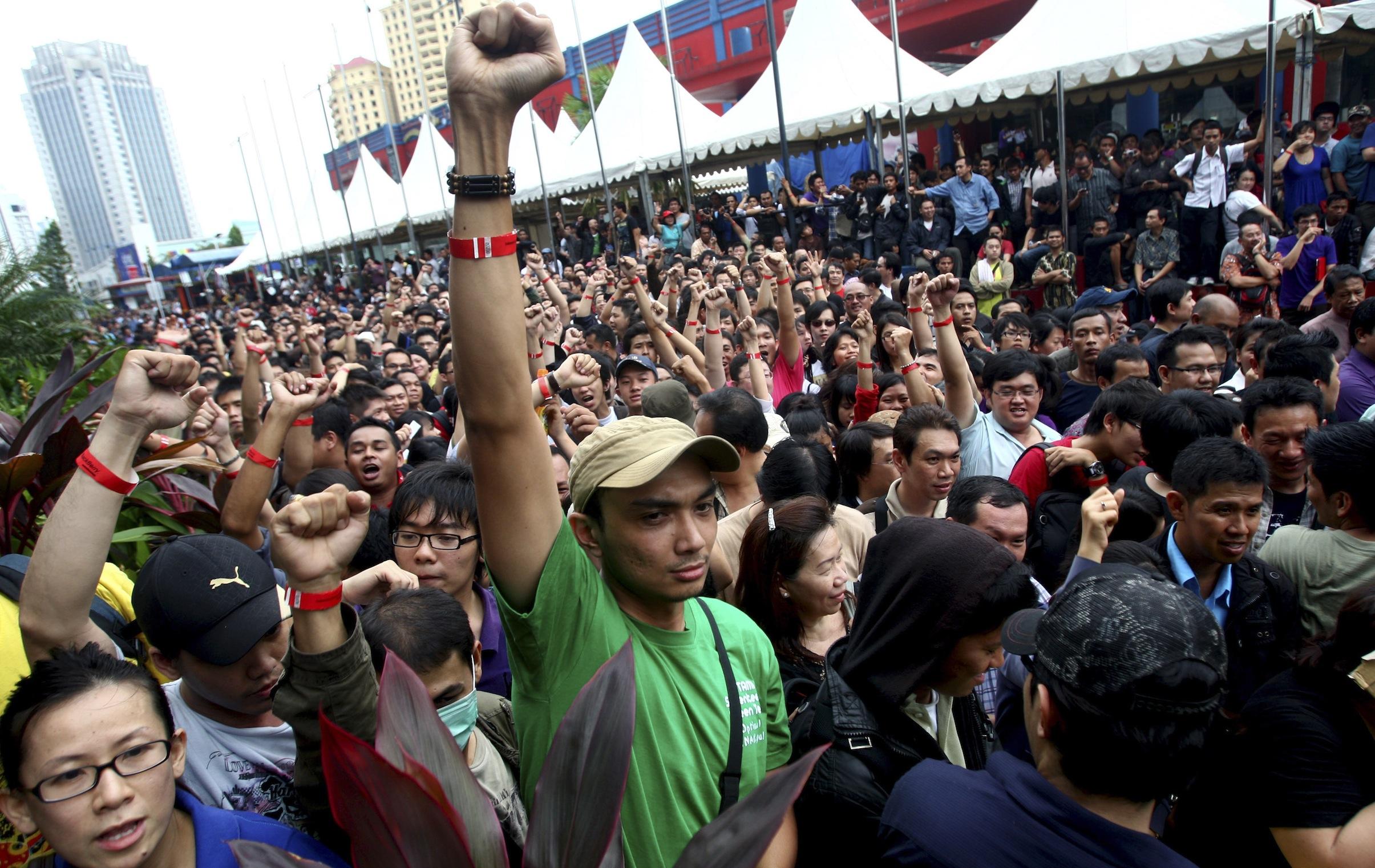 Indonesians queue for BlackBerrys