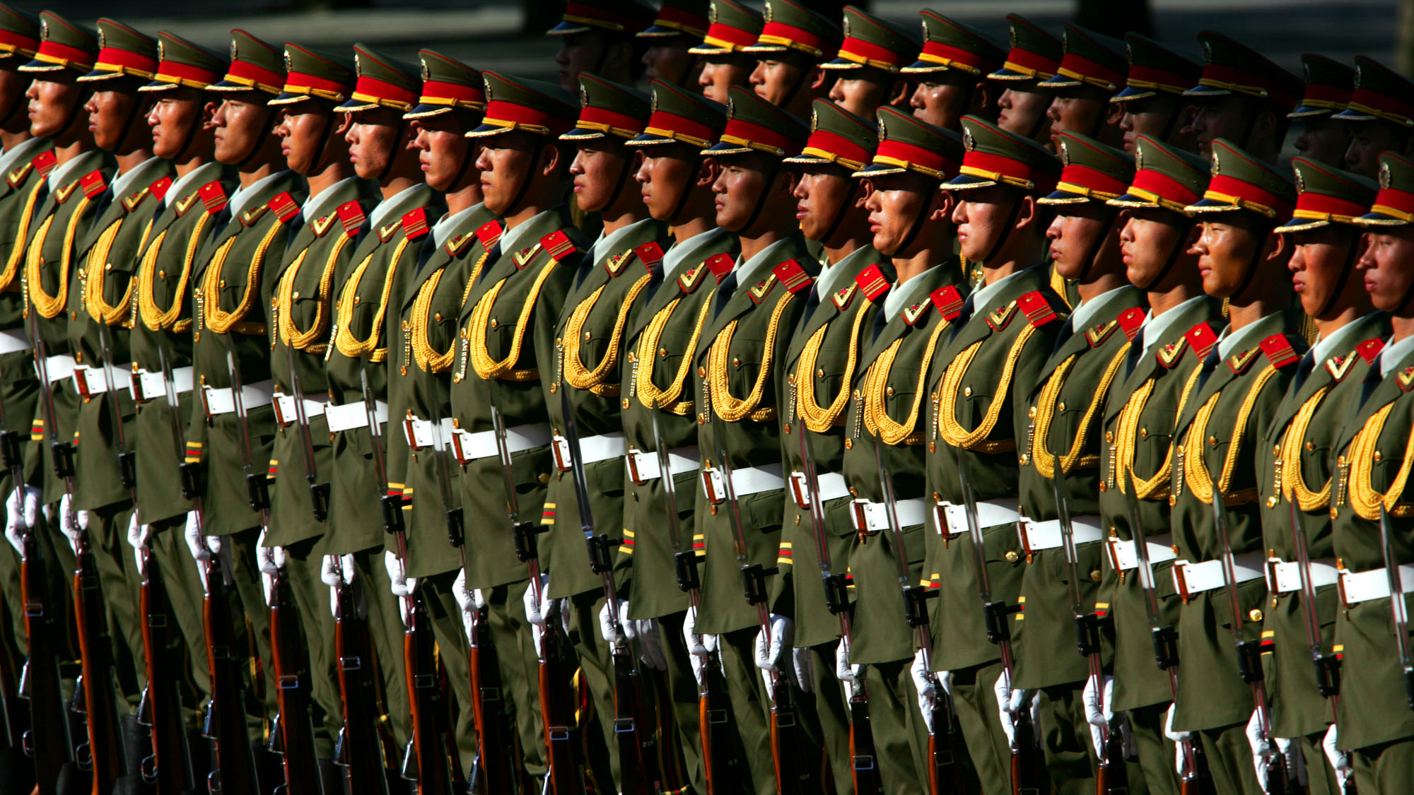 """Chinese soldiers in Tiananmen Square in Beijing during an official ceremony in CHina walk (photo from 06/02/05). The war of the future is run in cyberspace. The cyber warriors will no longer meet in the physical world, but to enforce the will of the political leadership with digital attacks. The aim of these attacks will no longer be the physical destruction, but the critical infrastructure that are the lifeblood of a modern society: about energy networks, financial systems, military information networks and security systems. """"The cyber attackers are sitting in the People's Republic of China and fulfill the political, economic and patriotic standards of their masters from the Chinese Communist Party."""" With these steep theses Hagestad opened his book on """"21st Century Chinese Cyber-Warfare"""". (DAPD to-text) Photo: Elizabeth Dalziel / AP / DAPD"""