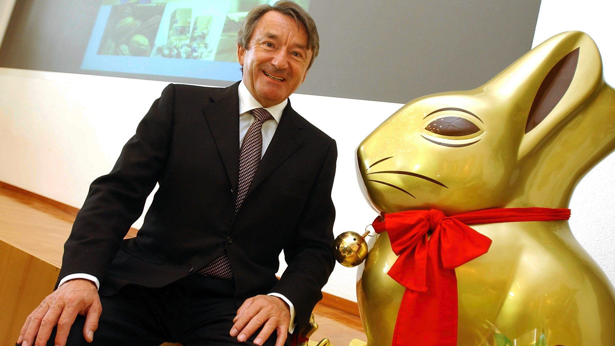 """Ernst Tanner, Vorstandsvorsitzender von Lindt & Spruengli, strahlt neben dem beruehmten """"Goldhasen"""" bei einer Medienkonferenz in Kilchberg (ZH) am Dienstag, 15. Maerz 2005. Der Schokoladenkonzern Lindt & Spruengli hat im vergangenen Geschaeftsjahr den Gewinn um 23,5 Prozent auf den Rekordwert von 151,2 Millionen Franken (97,5 Millionen Euro) gesteigert. (AP Photo/Keystone, Walter Bieri"""