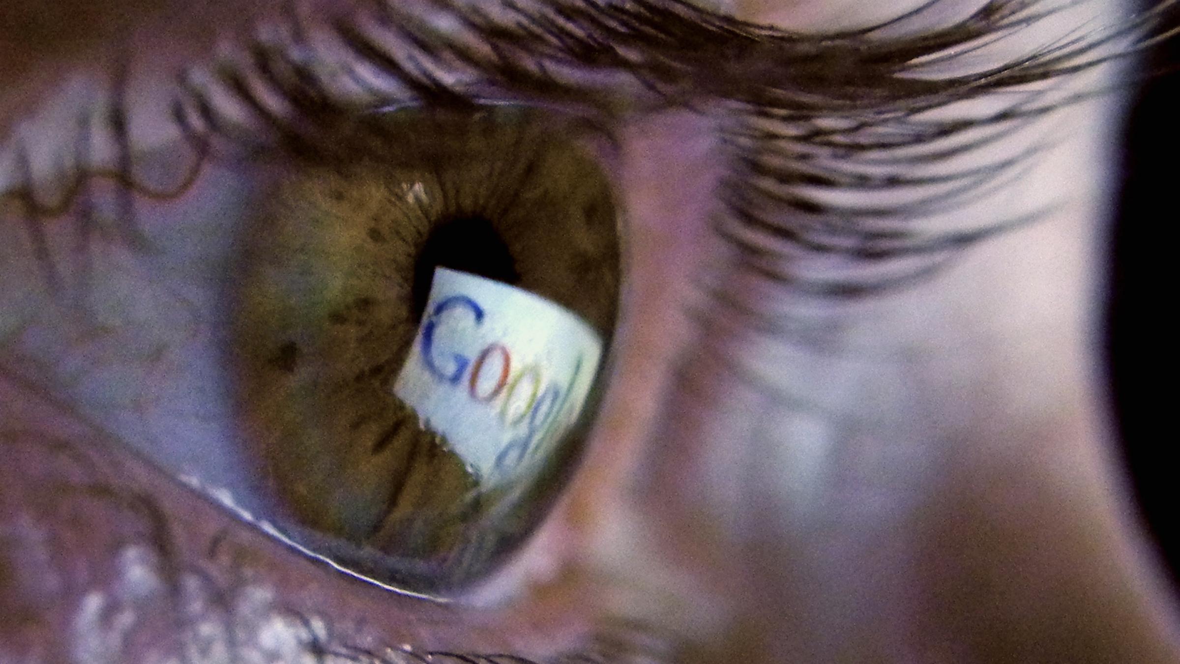 In einem Auge spiegelt sich in Muenchen ein Bildschirm und das Logo des Internetdienstleisters Google (Foto vom 19.01.11). Rund 96 Prozent der Suchanfragen im Internet laufen ueber Google. Die Top drei der insgesamt am haeufigsten gesuchten Begriffe der Suchmaschine im Jahr 2012 waren: Facebook, Youtube, Ebay. (zu dapd-Text) Foto: Joerg Koch/dapd
