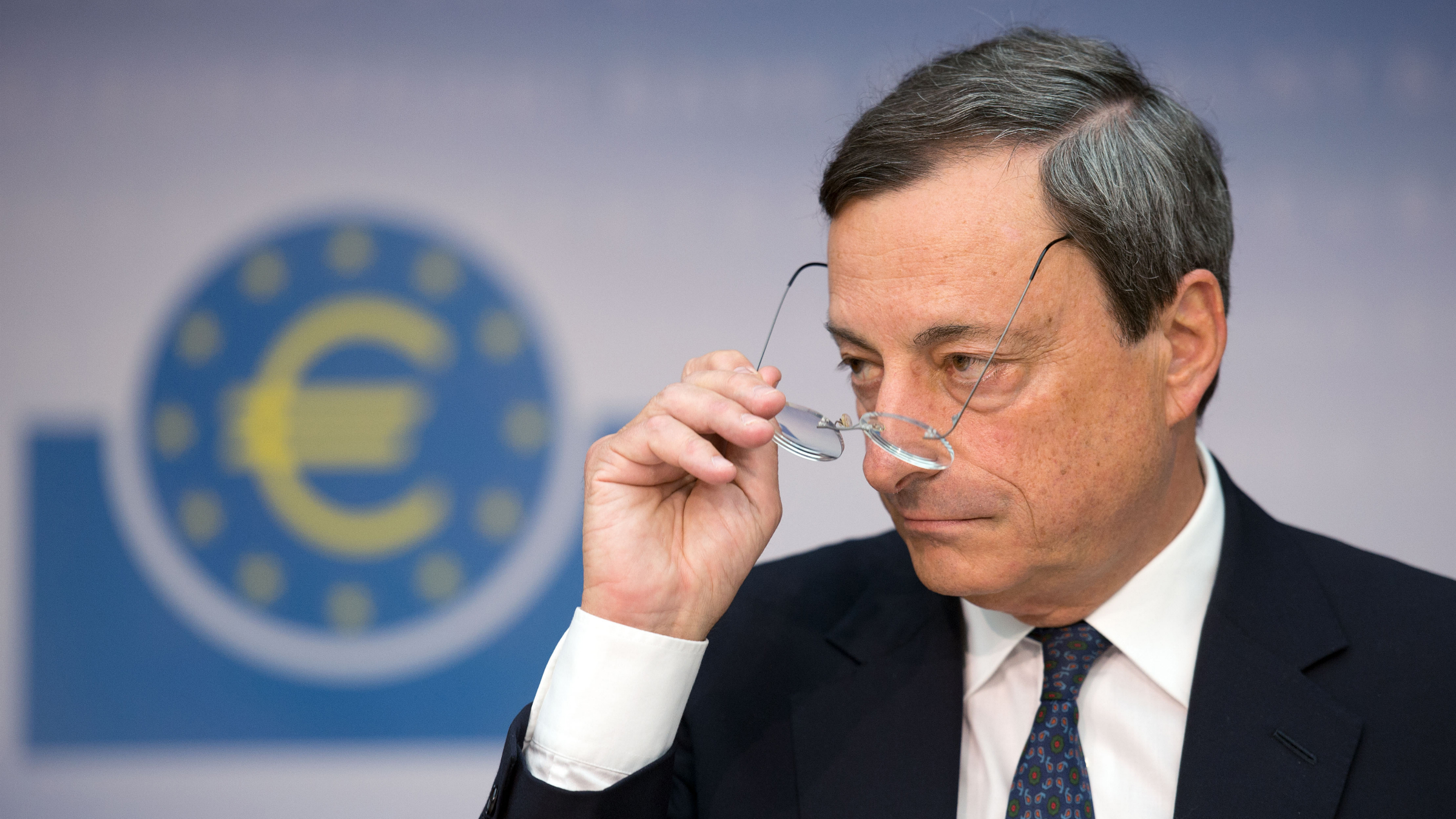 "The president of the European Central Bank (ECB), Mario Draghi holds, in Frankfurt at a press conference on the outcome of the Council meeting his glasses in his hand (photo from 09/06/12). The former president Kannegiesser total metal has criticized the European Central Bank (ECB) is sharp. You see the role of the ECB now critical Kannegiesser said the newspaper ""Die Welt"" (Thursday edition of 11/08/12). ""Geldwertstabilitaet is no longer in the first place, nor the political independence."" That seems to be slowly softened, complained Kannegiesser, who resigned in September 2012 after twelve years in office. Perhaps you have ""made the goat for Gaertner"" with Draghi. (DAPD to-text) Photo: Thomas Lohnes / DAPD"