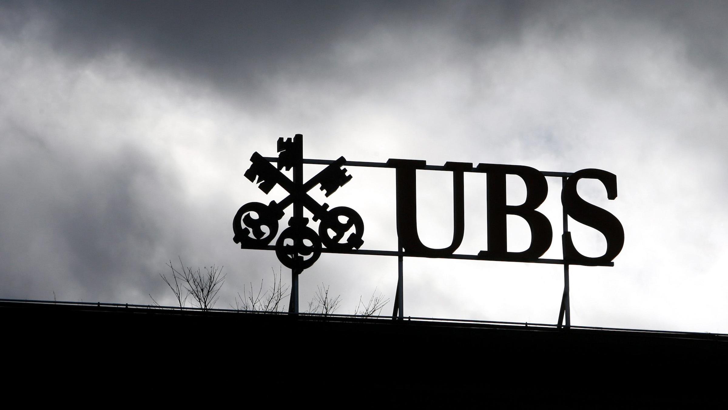 ARCHIV: Das Logo der Schweizer Bank UBS in Zuerich in der Schweiz (Foto vom 09.08.12). Die Schweizer Grossbank UBS hat fuer ihre Rolle bei den illegalen Manipulationen am Libor-Zinssatz eine Milliardenstrafe akzeptiert. Insgesamt zahlt die groesste Schweizer Bank 1,4 Milliarden Schweizer Franken (rund 1,2 Milliarden Euro) an die ermittelnden Behoerden in den USA, Grossbritannien und der Schweiz, wie die UBS am Mittwoch (19.12.12) in Zuerich mitteilte. Damit wuerden alle auf den Libor-Skandal bezogenen Untersuchungen gegen die Bank eingestellt. Wegen der Strafzahlung wird die UBS im vierten Quartal einen Reinverlust von 2,0 bis 2,5 Milliarden Franken schreiben. (zu daupd-Text) Foto: Alessandro Della Bella/Keystone/dapd