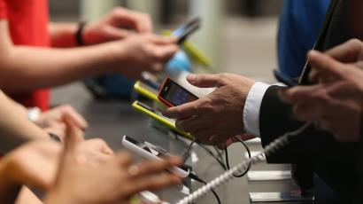 Shoppers try out smartphones