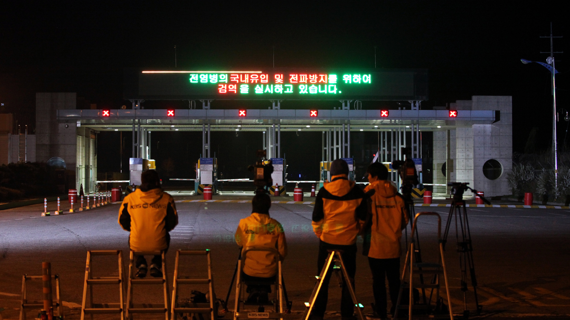 Medias wait for South Koreans returning home from North Korea's Kaesong at the customs, immigration and quarantine office near the border village of Panmunjom, that separates the two Koreas, in Paju, north of Seoul, South Korea, Monday, April 29, 2013.