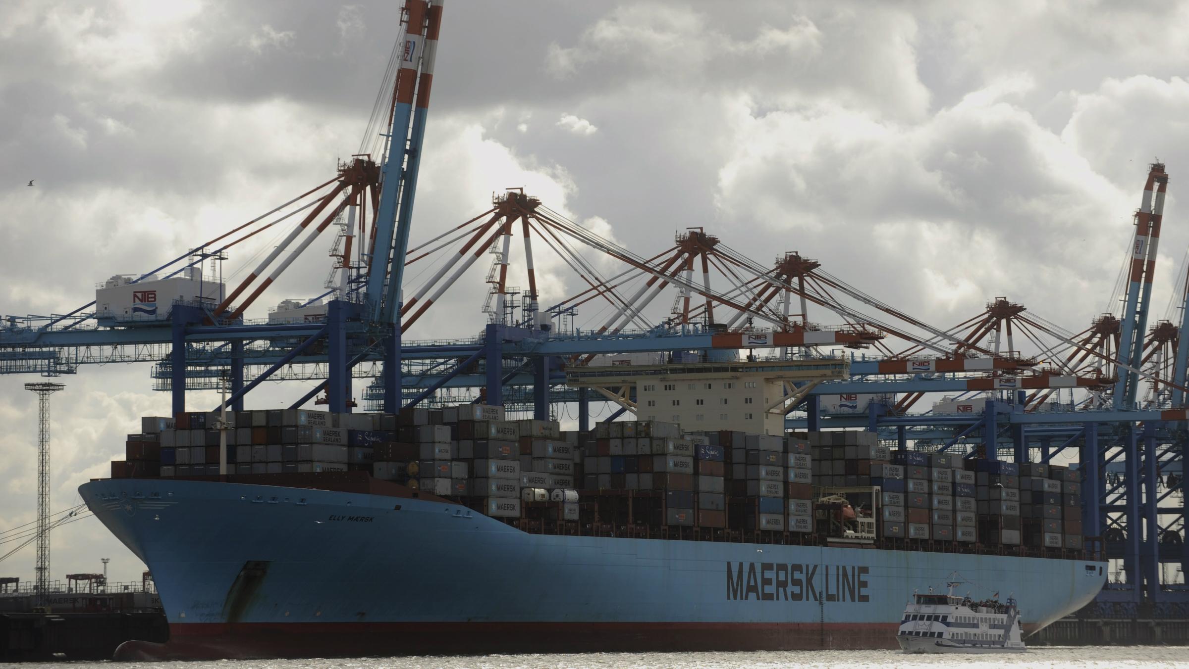 """ARCHIV: Das Containerschiff """"Elly Maersk"""" liegt in Bremerhaven an der Containerkaje (Foto vom 25.09.11). Ein beinharter Preiskampf hat der groessten Containerreederei der Welt 2011 umgerechnet 400 Millionen Euro Verluste beschert. Auch im laufenden Jahr rechnet das daenische Unternehmen A.P. Moller-Maersk trotz hoeherer Nachfrage mit roten Zahlen im Containergeschaeft. Allerdings hat der Mischkonzern mit der Foerderung von Oel und Gas und anderen Nebengeschaeften Gewinne erzielt, wie A.P. Moller-Maersk am Montag (27.02.12) in Kopenhagen mitteilte. (zu dapd-Text) Foto: David Hecker/dapd"""