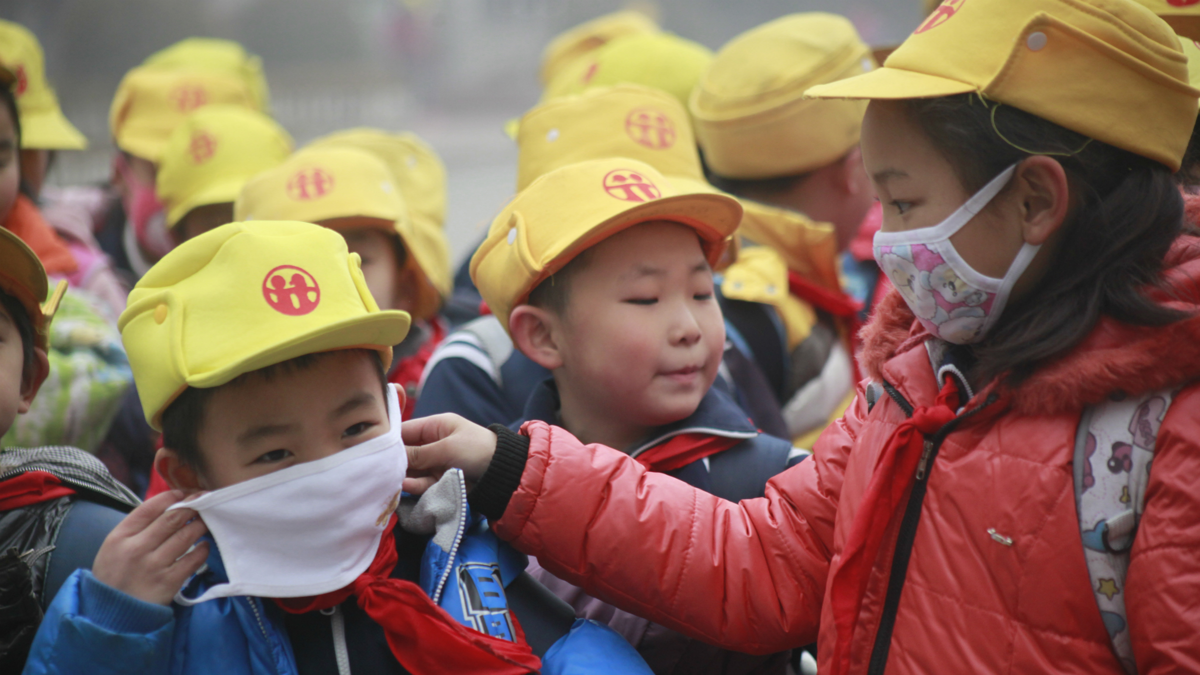Pupils wearing face masks to protect heavy smog in Jinan city, east Chinas Shandong province, 14 January 2013. Apple Inc., JPMorgan Chase & Co., Toyota Motor Corp. and Honda Motor Co. gave employees face masks, offered health tips and added office plants as pollution in Beijing hit hazardous levels for a 19th day this month. Beijings city government recommended that its 20 million residents stay indoors for a second day as the local environmental monitoring center gave todays (30 January 2013) air quality the worst rating on its six-level scale. A U.S. Embassy pollution monitor showed air quality in the Chinese capital reached hazardous levels for a fifth consecutive day. Companies across Beijing have sought to protect the health of their current employees while facing the prospect of increasing difficulties in attracting others to a city grappling with pollution levels.(Imaginechina via AP Images