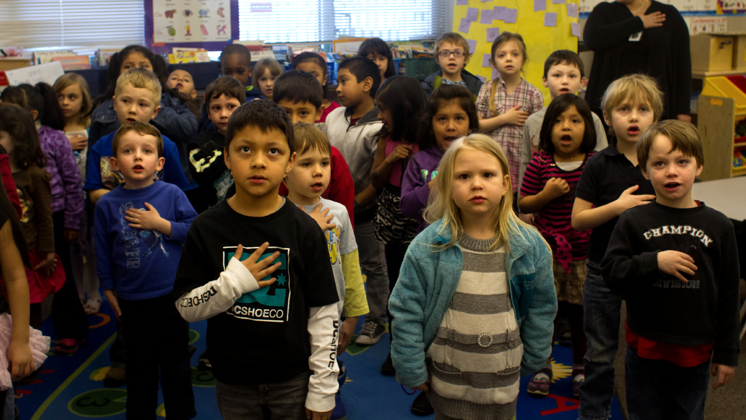 Elementary school students pledge of allegiance