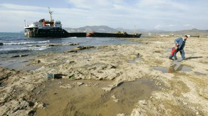 global trade container ship mud
