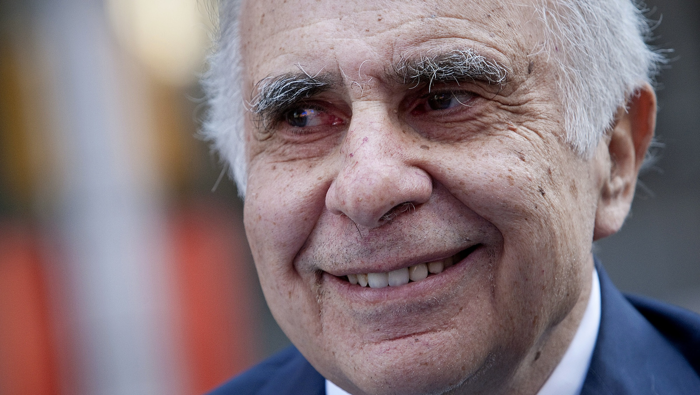 Carl Icahn, billionaire investor and chairman of Icahn Enterprises Holdings LP, stands outside of the Nasdaq MarketSite in New York, U.S., on Tuesday, March 27, 2012. Icahn announced his intention last month to offer $30 a share and give CVR Energy Inc. holders a right to as much as an additional $7 a share, a proposal that values the company at at least $2.6 billion, according to Bloomberg calculations. Photographer: Scott Eells/Bloomberg *** Local Caption *** Carl Icahn