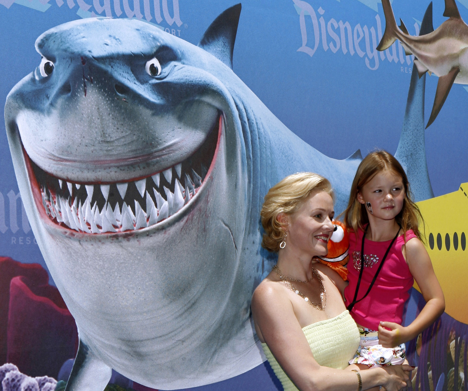"""Actress Penelope Ann Miller and her daughter Eloisa pose as celebrities and their kids arrive for a preview of the new """"Finding Nemo Submarine Voyage"""" attraction at Disneyland in Anaheim, California, June 10, 2007. REUTERS/Mark Avery"""