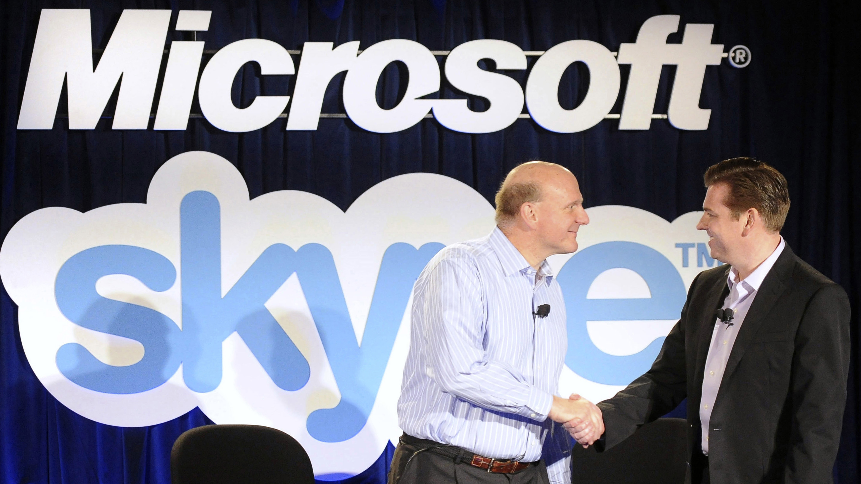 Microsoft Chief Executive Officer (CEO) Steve Ballmer (L) and Skype CEO Tony Bates shake hands at their joint news conference in San Francisco, May 10, 2011. Microsoft and Skype announced Tuesday that they have entered a definitive agreement under which Microsoft will acquire Skype for $8.5 billion from the investor group led by Silver Lake. REUTERS/Susana Bates