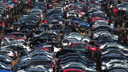 People select automobiles at a second-hand market in Shenyang, Liaoning province December 10, 2011. China's car sales in November rose 0.29 percent from a year earlier to 1.34 million units, the official China Association of Automobile Manufacturers (CAAM) said on Friday. REUTERS/Sheng Li