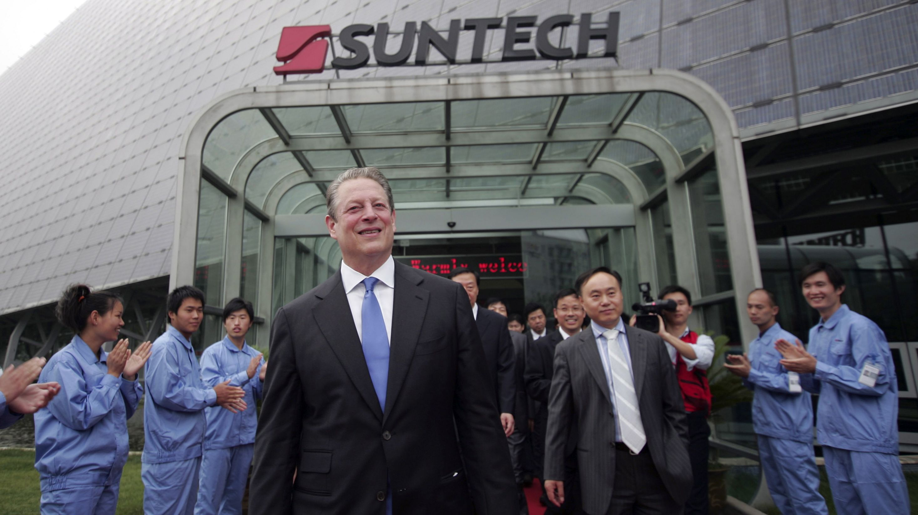 Former U.S. Vice President Al Gore, center visits Suntech a solar cell factory in Wuxi near Shanghai in China, Friday, June 11, 2010. (AP Photo)