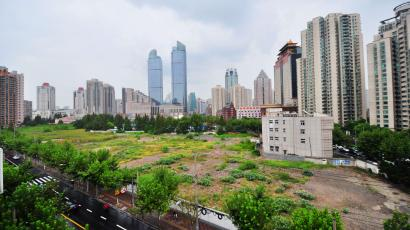 General view of the plot of Xu Jia Hui Center bought by Hong Kong property developer Sun Hung Kai Properties Ltd. in Shanghai, China, 5 September 2013. Hong Kong property giant Sun Hung Kai Properties Ltd. paid one of the highest prices ever for a piece in land in China, snapping up a downtown Shanghai site for a total of 21.77 billion yuan (US$3.57 billion) Thursday (5 September 2013). Hong Kongs largest developer by market value won the right to develop the commercial site at an auction Thursday, the company said. Sun Hung Kais bid for the land in the citys Xujiahui district was 24.2% higher than the starting price of 17.53 billion yuan. It was higher than a competing bid submitted by rival Wharf (Holdings) Ltd., local media Shanghai Evening Post reported. This project, currently named Xu Jia Hui Center is zoned for office, retail and hotel use, and has a total gross floor area above ground of 584,203.6 square meters. This translates into a cost of 37,264 yuan a square meter. Sun Hung Kai, which has recently opened an office and shopping center complex in the city called Shanghai ICC along Huaihai Road, also built the Shanghai IFC, another mixed-use project that includes office, retail and the Ritz Carlton hotel in Pudongs Lujiazui district.(Imaginechina via AP Images