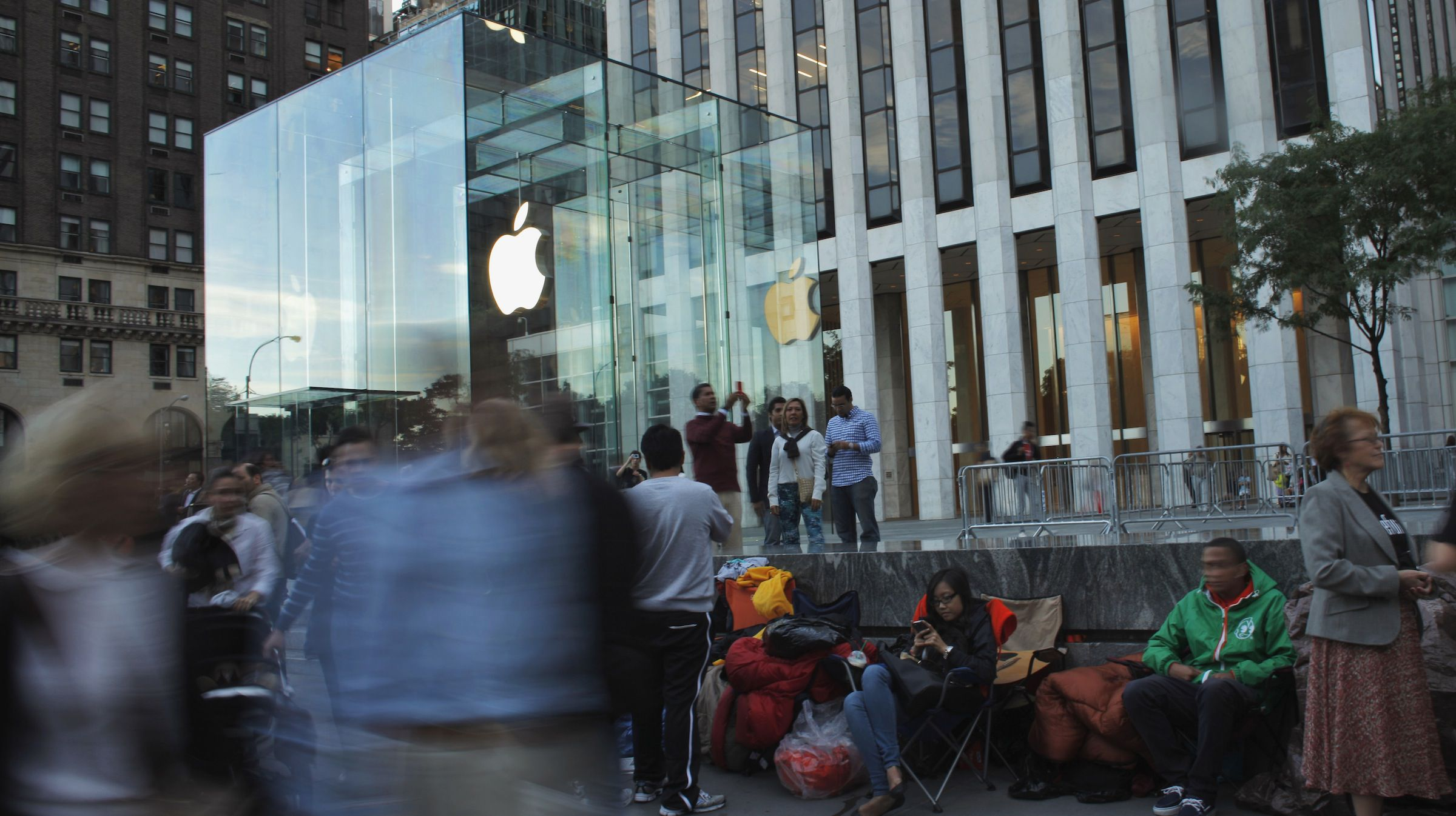 Customers wait in line outside the Apple store on 5th Avenue, for Friday's iPhone 5 models to go on sale, in New York, September 19, 2012. Apple said on Monday that pre-orders outstripped initial supply but it would deliver most phones as planned by Friday, the first day of delivery. REUTERS/Eduardo Munoz (UNITED STATES - Tags: BUSINESS SCIENCE TECHNOLOGY TELECOMS) - RTR3864T