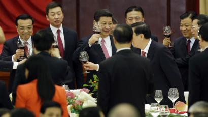 China's President Xi Jinping (C), Premier Li Keqiang (L) and other top leaders toast each other at a reception marking the 64th anniversary of the founding of the People's Republic of China at the Great Hall of the People in Beijing September 30, 2013. China's leaders will lay out plans to transform the world's second-largest economy at a key party meeting in November, leaving the question of how to do it largely unanswered as much of the reform agenda is still a matter of heated internal debate. The founding of the People's Republic of China is celebrated on October 1. REUTERS/Jason Le