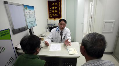 Doctor Lu Ankang talks with patients with respiratory problems caused by smoking at Ruijin Hospital in Shanghai April 27, 2011. China will ban smoking at all indoor public venues from May 1, in an effort to shield the world's most populous nation, and its largest cigarette producer, from the harmful effects of the habit, the health ministry said. China, which has more than 300 million smokers, will require businesses to display prominent no-smoking signs, forbid vending machines from selling cigarettes and ensure that designated outdoor smoking zones not affect pedestrian traffic. Although nearly 1.2 million Chinese people die from smoking-related diseases each year, the habit is deeply entrenched in public life. Picture taken April 27, 2011. REUTERS/Carlos Barria