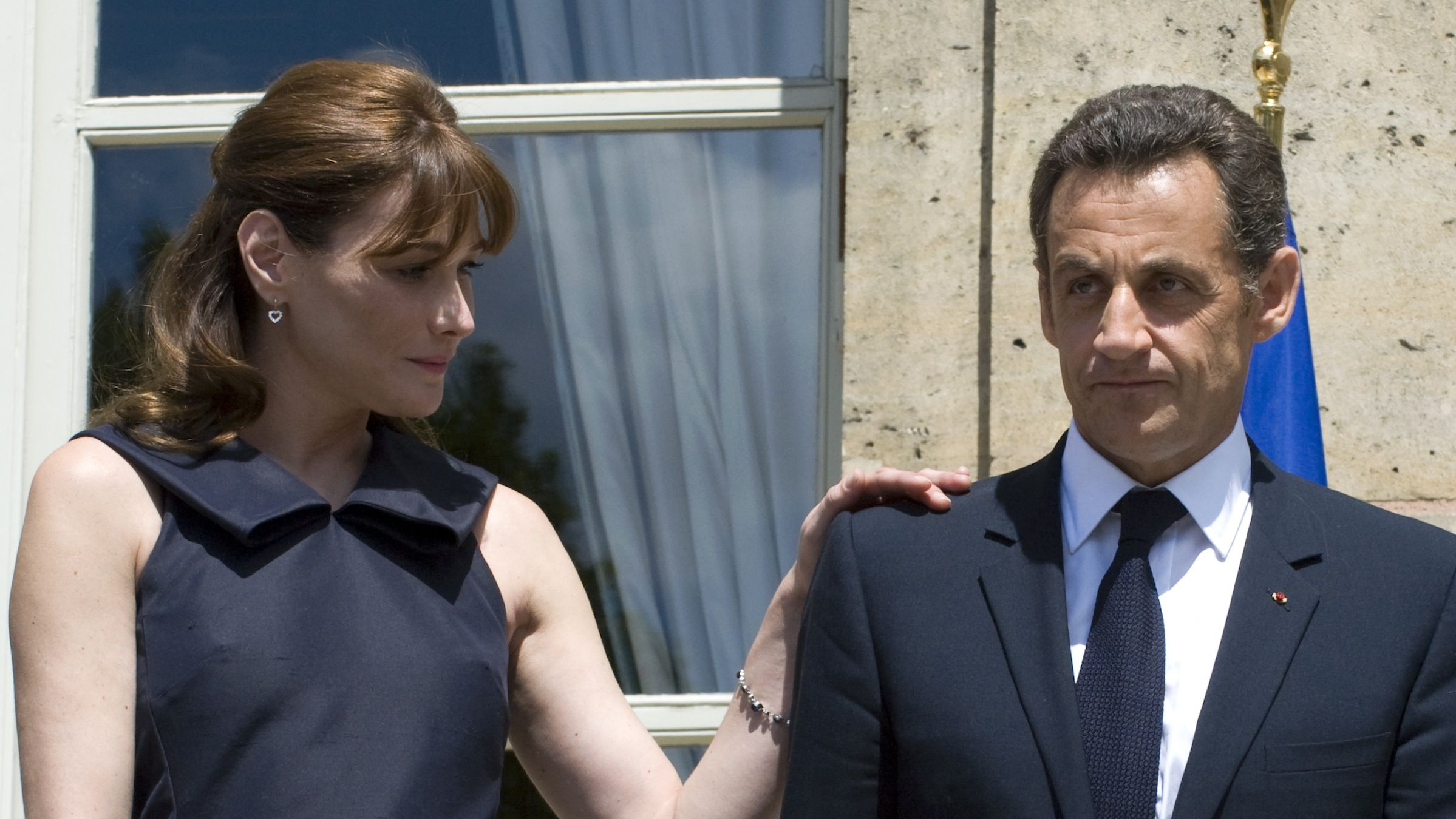 France's President Nicolas Sarkozy (R) and his wife Carla Bruni-Sarkozy attend the Bastille day annual garden party at the Elysee Palace, July 14, 2008.     REUTERS/Philippe Wojazer     (FRANCE) - RTX7X03