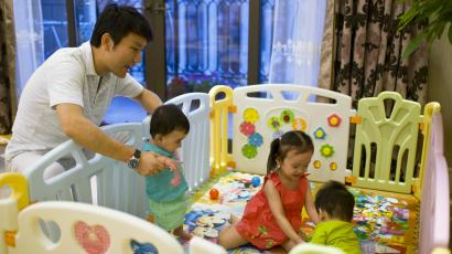 """Tony Jiang poses with his three children at his house in Shanghai September 16, 2013. In December 2010, Jiang, a Shanghai businessman and his wife welcomed a daughter, born in California to an American surrogate he calls """"my Amanda"""". The same surrogate later carried twins for the couple. Wealthy Chinese are turning to American women to serve as surrogates for their children, creating a small but growing business in $120,000 """"designer"""" American babies for China's elite. Picture taken September 16, 2013. REUTERS/Aly Song"""