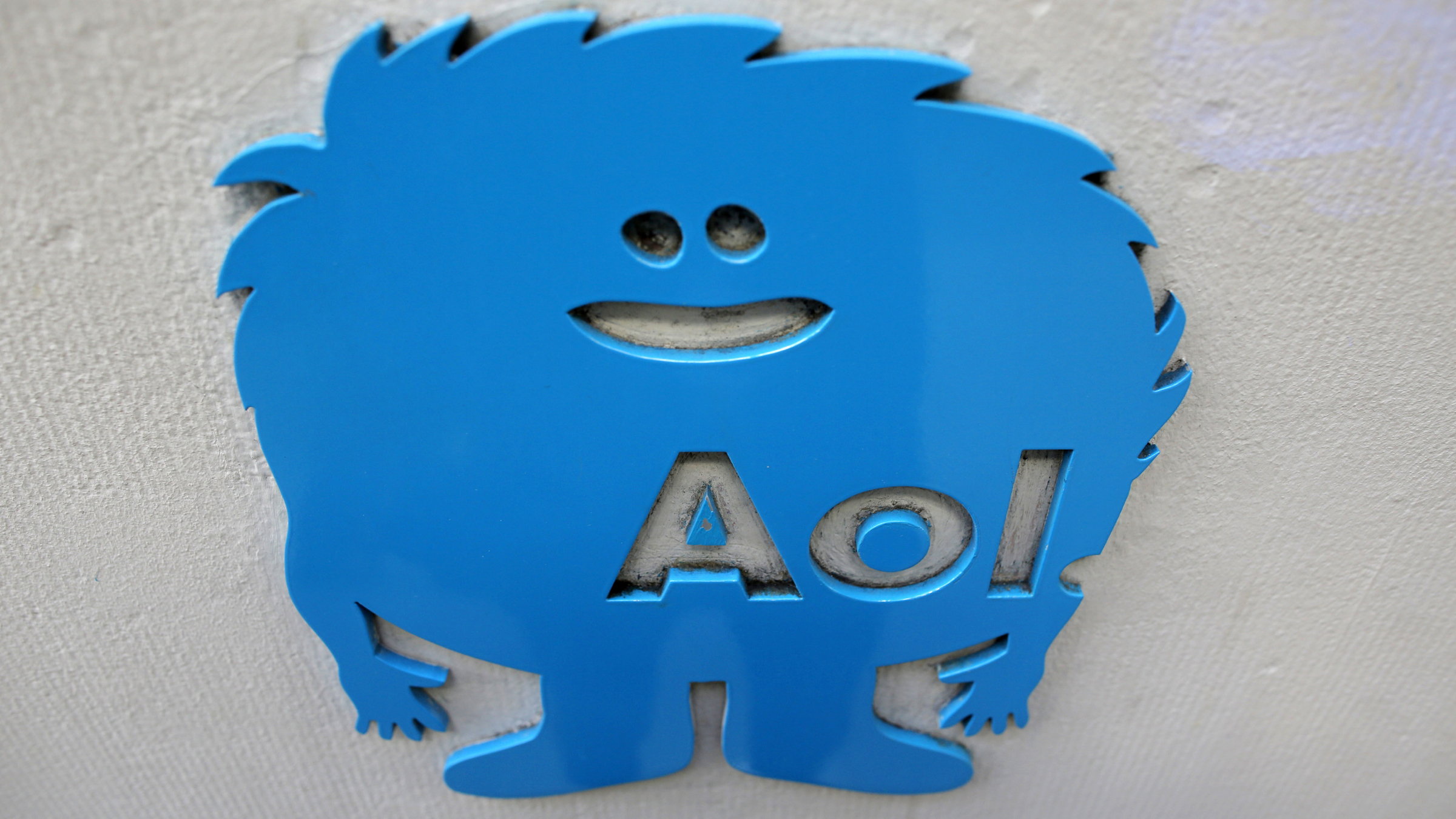 The AOL logo is seen at the company's office in New York November 5, 2013. AOL Inc reported higher-than-expected third-quarter revenue on increased advertising sales, but earnings fell sharply because of challenges at its network of community news websites known as Patch. REUTERS/Andrew Kelly (UNITED STATES - Tags: BUSINESS LOGO SCIENCE TECHNOLOGY SOCIETY) - RTX1518R