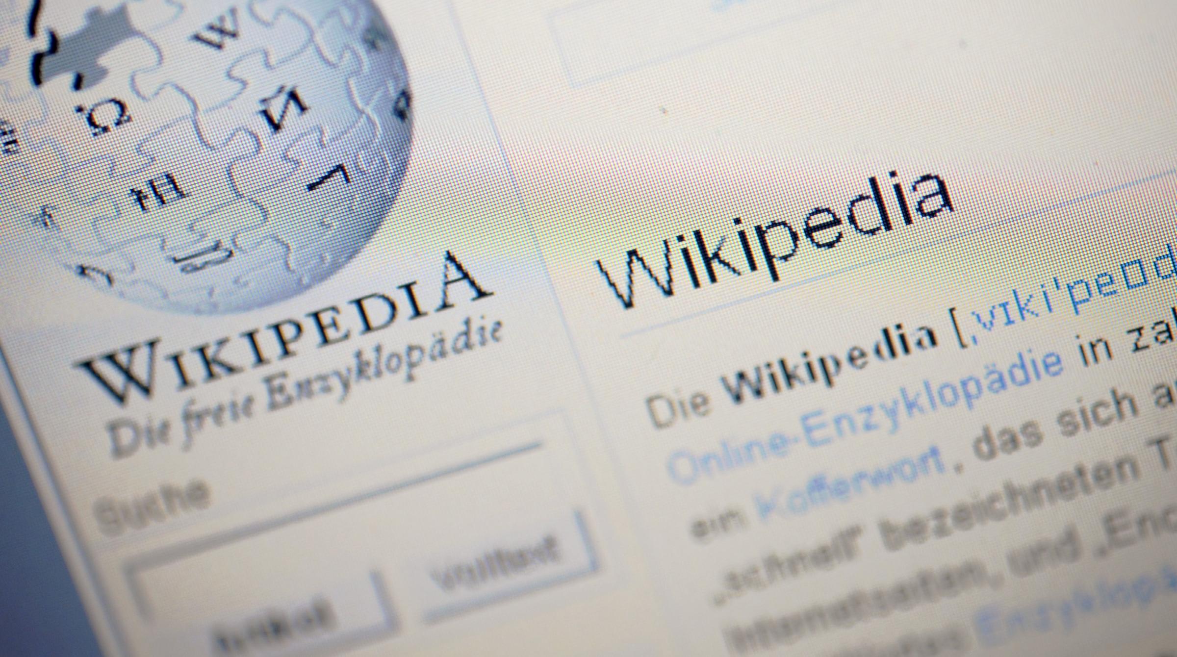 """ARCHIV: Der Artikel ueber Wikipedia ist auf einem Bildschirm in Berlin auf der Internetseite des Internet-Lexikons Wikipedia zu sehen (Foto vom 23.12.09). Was frueher der Griff zum dicken Nachschlagewerk bedeutete, ist heutzutage fast komplett durch einen Klick auf die kostenlose Online-Konkurrenz ersetzt worden. Die Nutzung erscheint inzwischen so selbstverstaendlich, dass das anstehende Jubilaeum erstaunt: Erst vor zehn Jahren, am 15. Januar 2001, wurde die erste Version von """"Wikipedia"""" in den USA gestartet. Wie aus dem Nichts sind seitdem weltweit fast 18 Millionen Artikel in rund 270 Sprachen entstanden. (zu dapd-Text) Foto: Michael Gottschalk/dapd"""