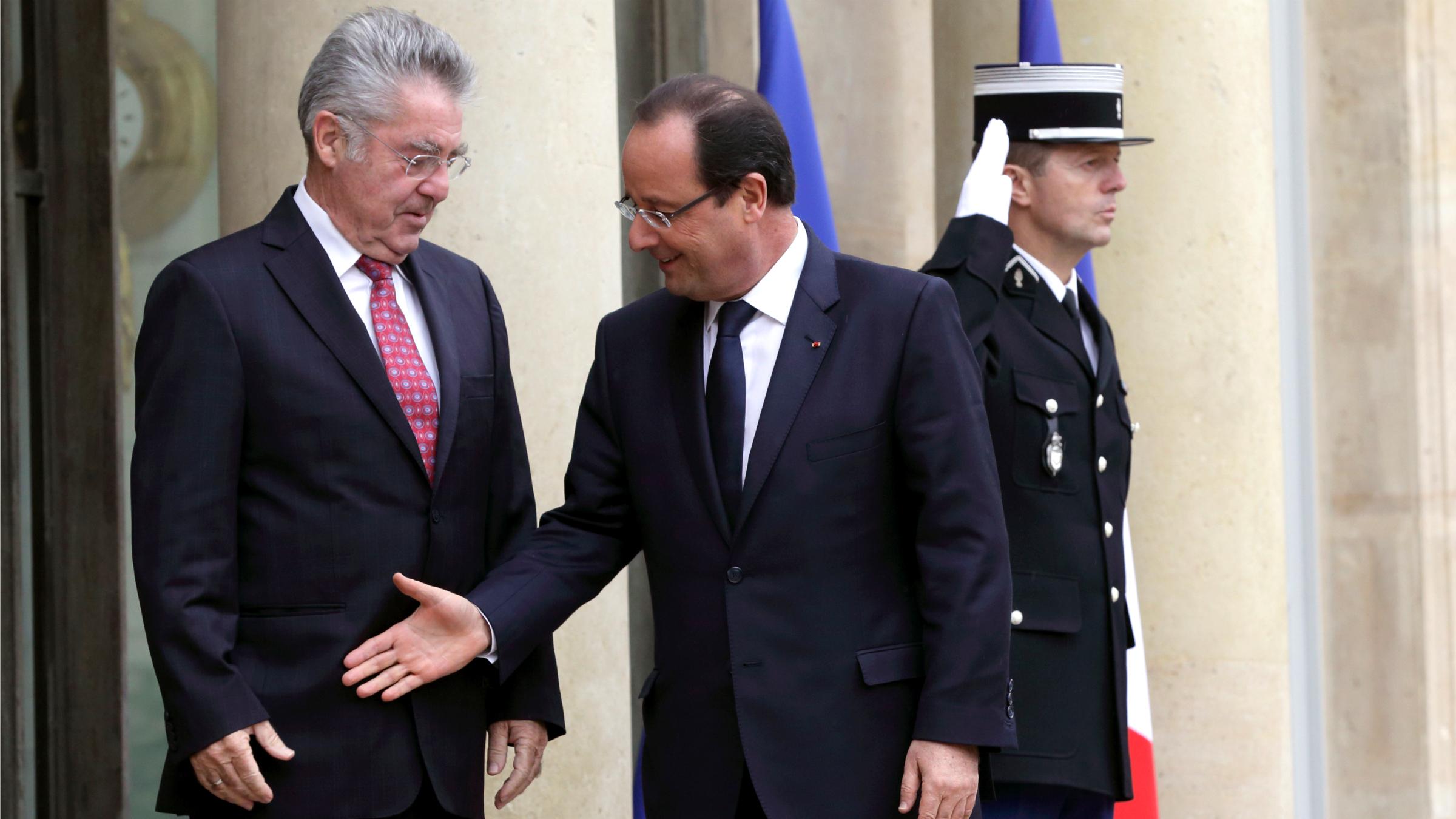 Francois Hollande failed handhake