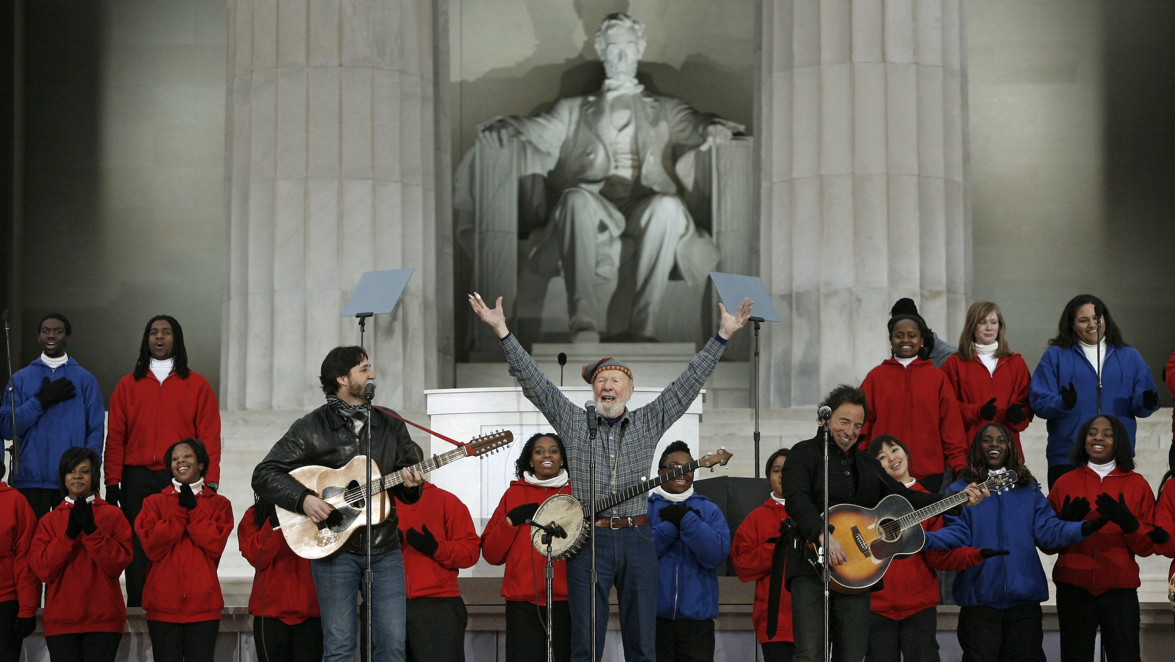 "Pete Seeger (C) and his grandson Tao (L) perform with Bruce Springsteen on ""This Land is Your Land"" during the We Are One: Opening Inaugural Celebration at the Lincoln Memorial in Washington, January 18, 2009.     REUTERS/Jason Reed (UNITED STATES) - RTR23KCU"
