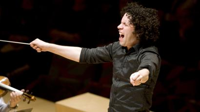 "Conductor Gustavo Dudamel gestures as he plays Bartok's ""Violin Concerto n.2"" with the Los Angeles Philharmonic at the Disney Concert Hall in Los Angeles, California, April 4, 2008. REUTERS/Hector Mata"