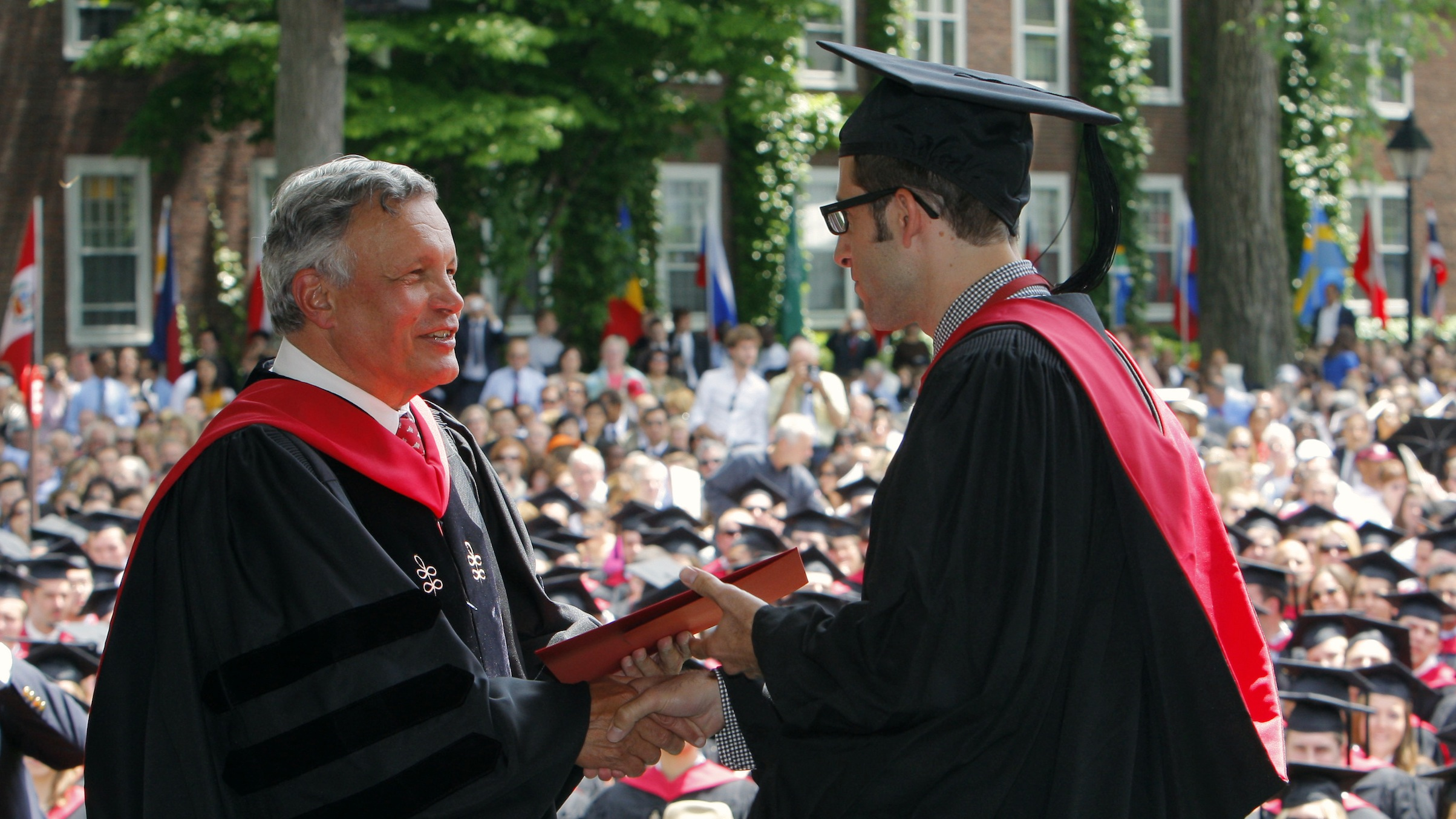 Dean Jay Light (L) presents a student with his diploma at the Harvard Business School's graduation ceremonies in Boston, Massachusetts following Harvard University's 358th Commencement June 4, 2009.    REUTERS/Brian Snyder   (UNITED STATES EDUCATION) - RTR24AAL