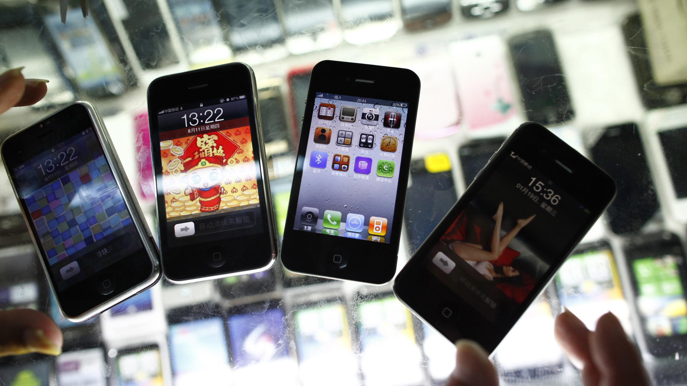 Fake iPhones are displayed at a mobile phone stall in Shanghai August 11, 2011. The newest version of Apple Inc's popular iPhone has already hit the Chinese market -- the fake market that is.The 'hiPhone 5' is selling for as little as 200 yuan ($31) on China's top e-commerce platform Taobao, which is owned by Alibaba Group. REUTERS/Aly Song  (CHINA - Tags: ODDLY SOCIETY SCI TECH BUSINESS) - RTR2PTO2