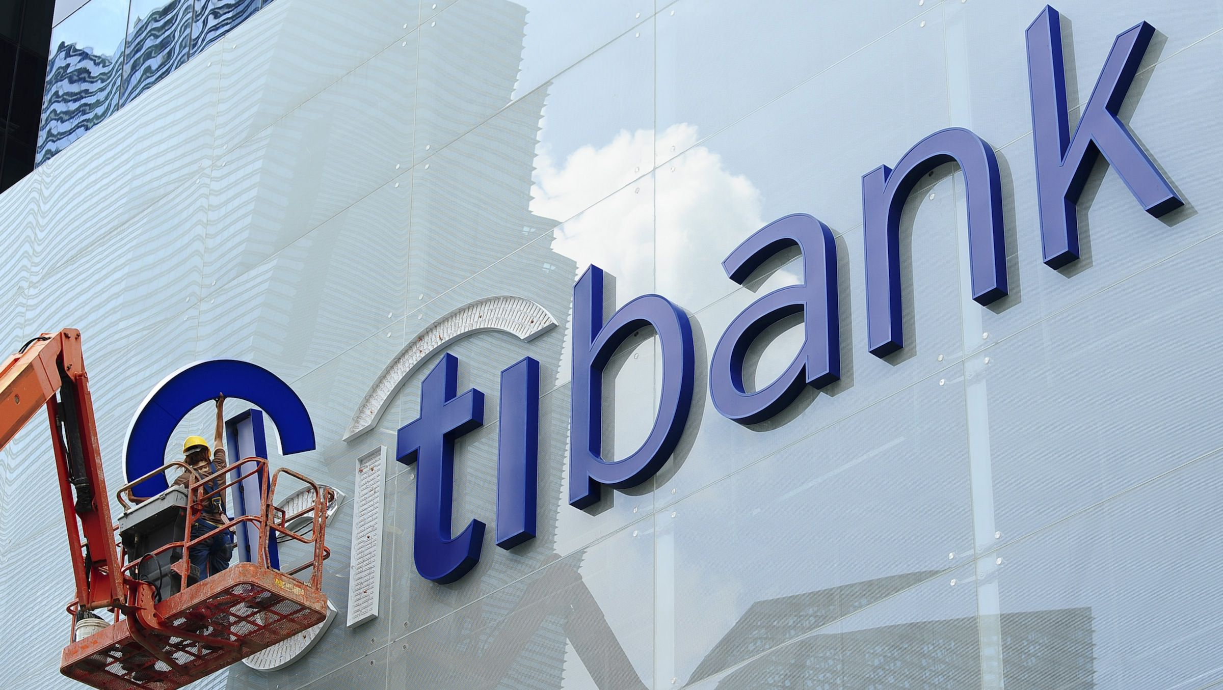 Construction workers install Citibank's neon sign on its Singapore main office at the central business district November 29, 2011. Citigroup Inc has no plans to reduce investment bankers in Southeast Asia despite an expected drop in equity capital market volumes, as clients have begun to eye the Asian assets of European companies, Tracey Woon, Citi's Southeast Asia investment banking head, said. Picture taken November 29, 2011.  To match interview CITI-SEA/   REUTERS/Harry Suhartono (SINGAPORE - Tags: BUSINESS) - RTR2UOP6