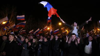 Cheering Russians Crimea