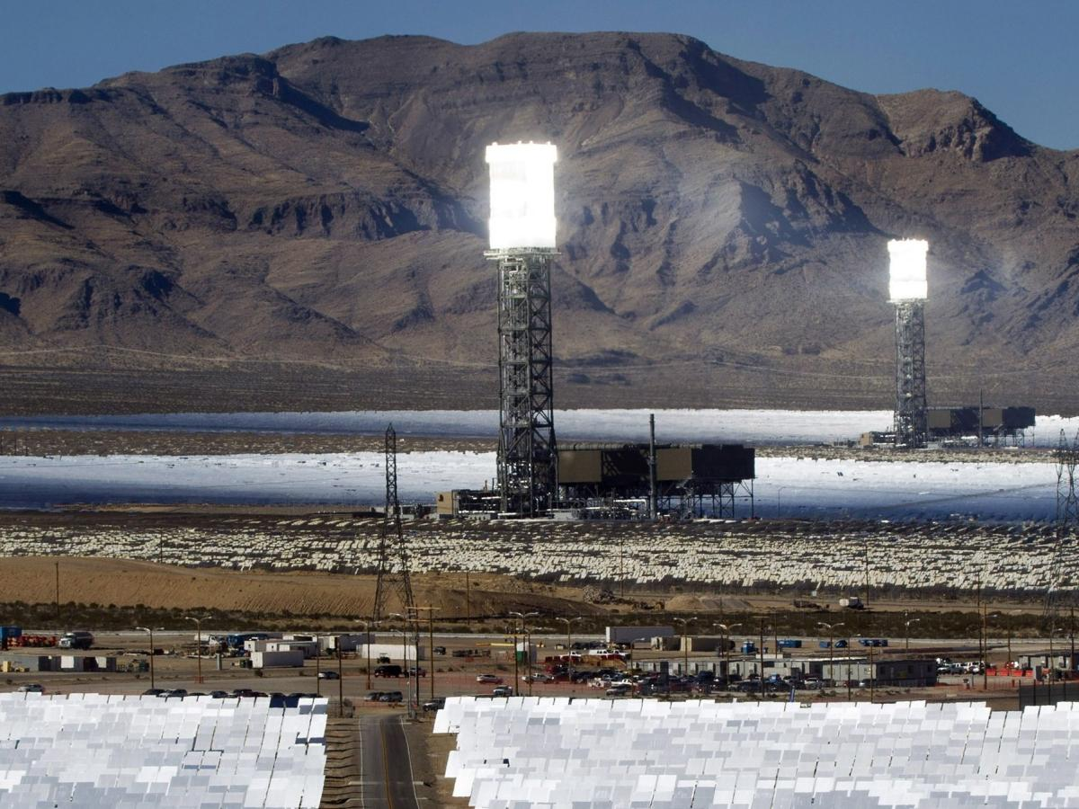Pilots Complain That Glare From The World S Biggest Solar Power Plant Is Blinding Them Quartz