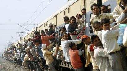 Passengers travel in an over crowded train in the eastern Indian city of Patna February 26, 2008. Railways Minister Lalu Prasad Yadav announced a cut of 50 rupees in passenger fares for express trains as he presented the annual budget for one of the world's largest networks on Tuesday. REUTERS/Krishna Murari Kishan (INDIA)