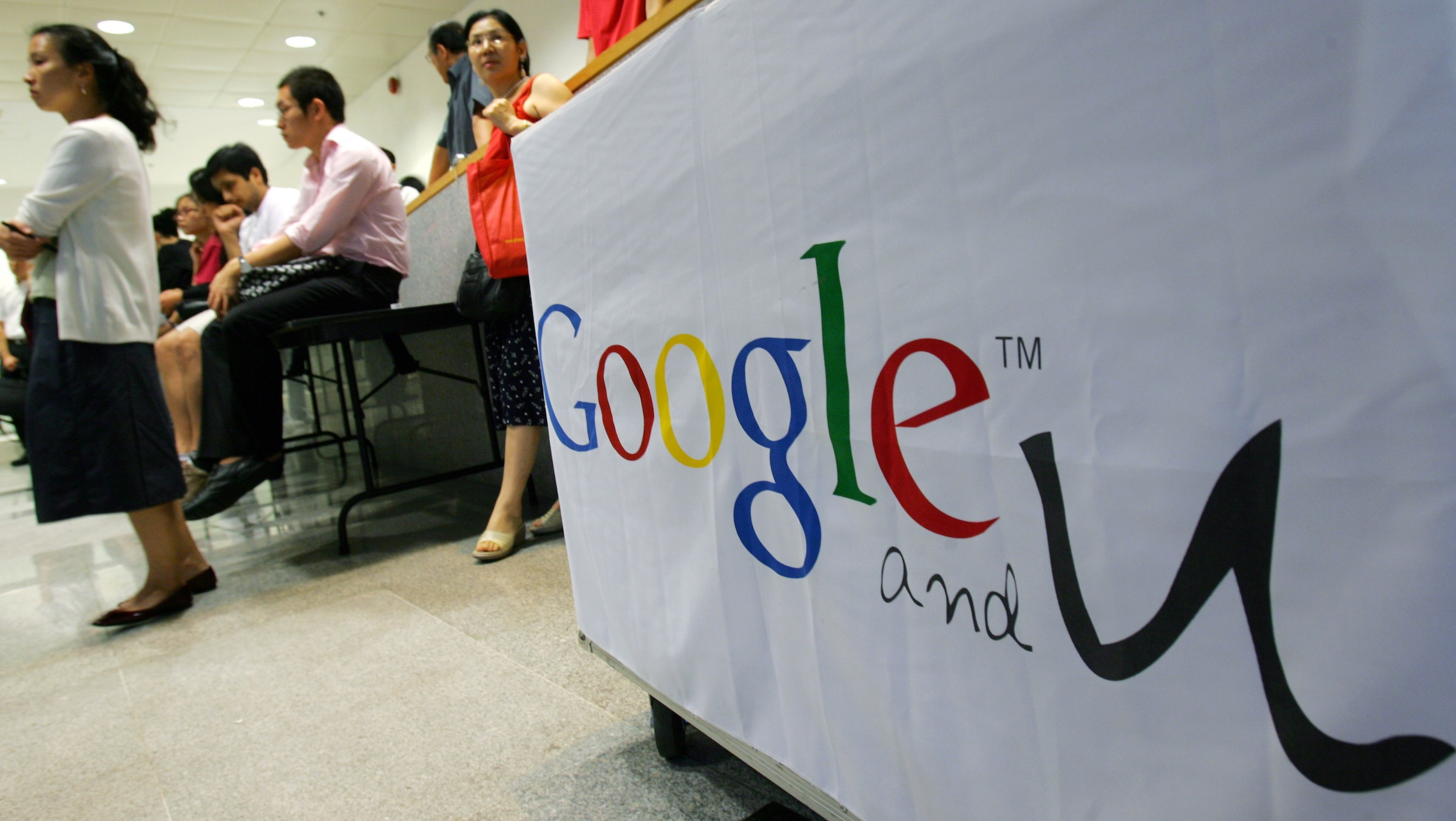 Students inside a campus watch the live broadcast of Lee Kai-fu, vice-president of Google Inc. and co-president of Google China, holding a talk at the University of Hong Kong September 14, 2006.       REUTERS/Bobby Yip  (HONG KONG) - RTR1HBO4