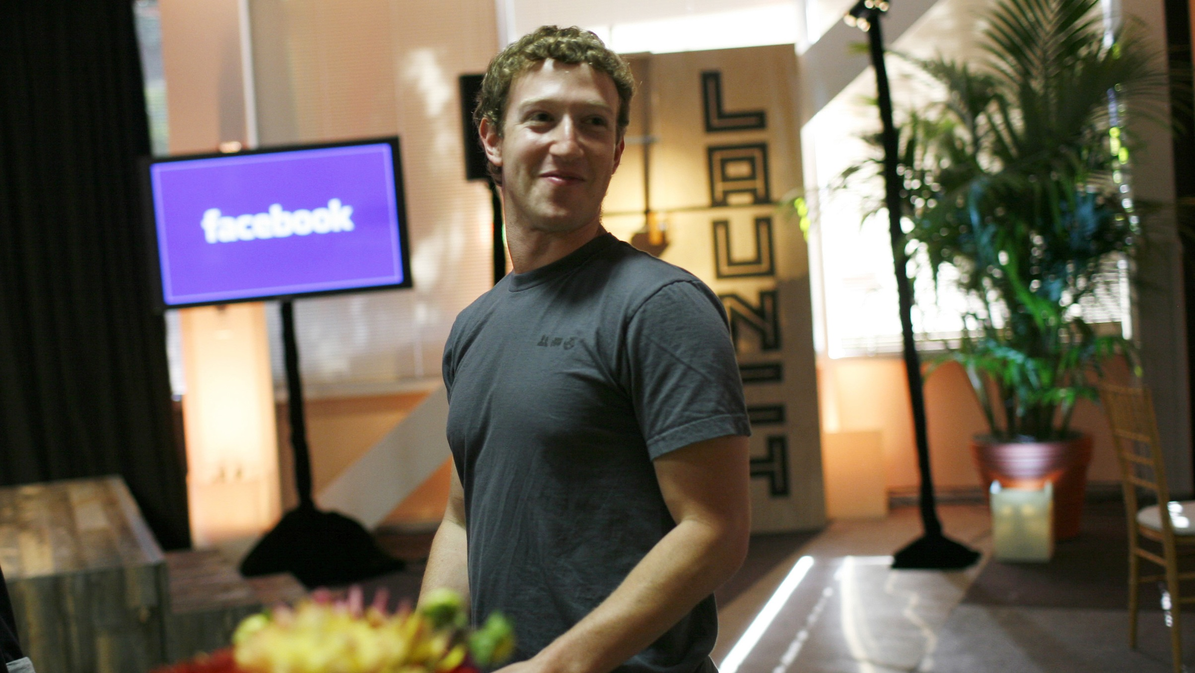 """Facebook CEO Mark Zuckerberg walks through Facebook headquarters prior to unveiling the company's new location services feature called """"Places"""" at a news conference in Palo Alto, California August 18, 2010.  REUTERS/Robert Galbraith  (UNITED STATES - Tags: BUSINESS SCI TECH) - RTR2HEBN"""