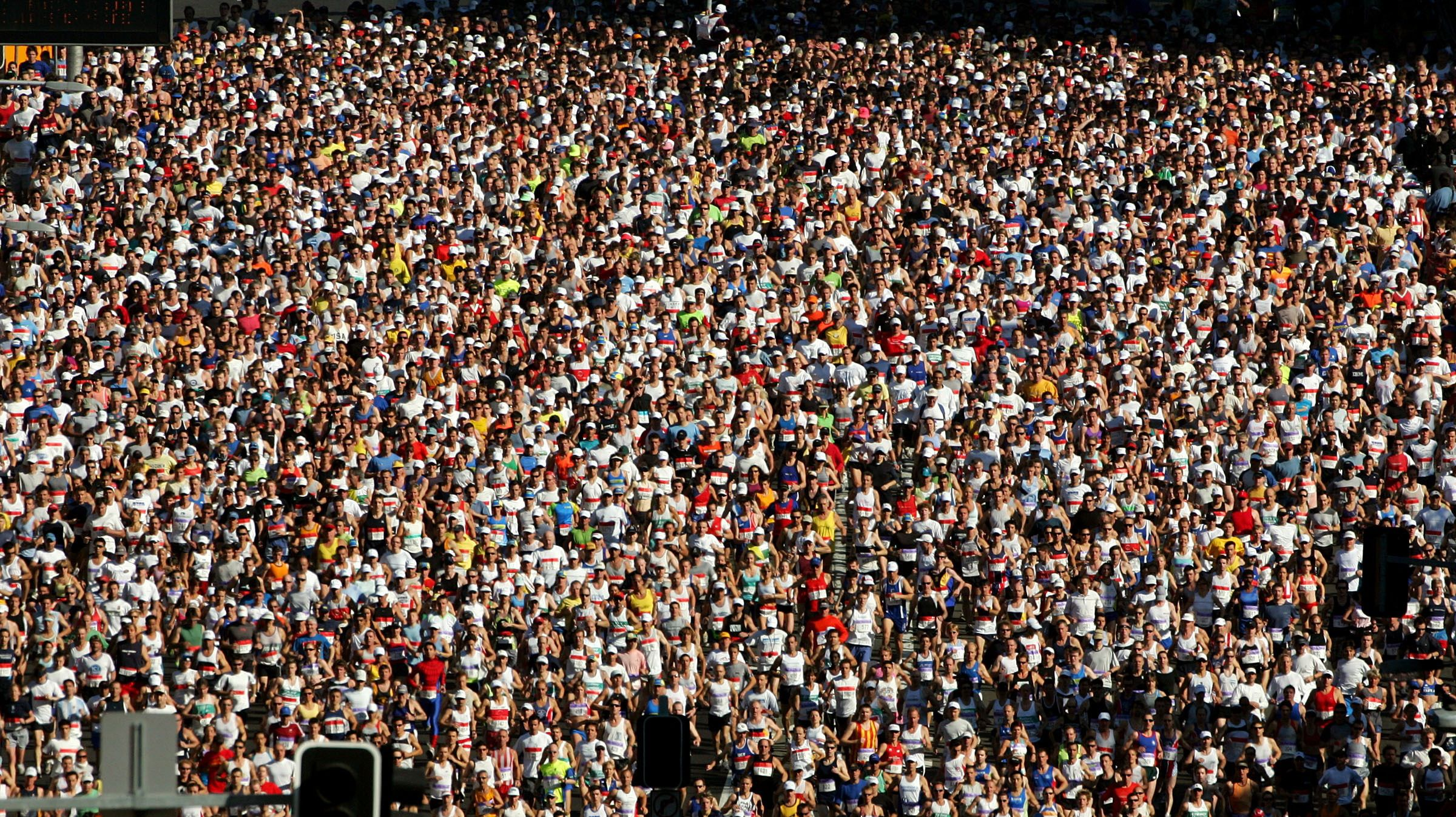 Runners start the 35th annual City to Surf fun run down Sydney's William Street August 14, 2005. More than 65,000 people started this year's race which covers a distance of 14 kilometres (8.7 miles) from the city to Bondi Beach. - RTXNP2A