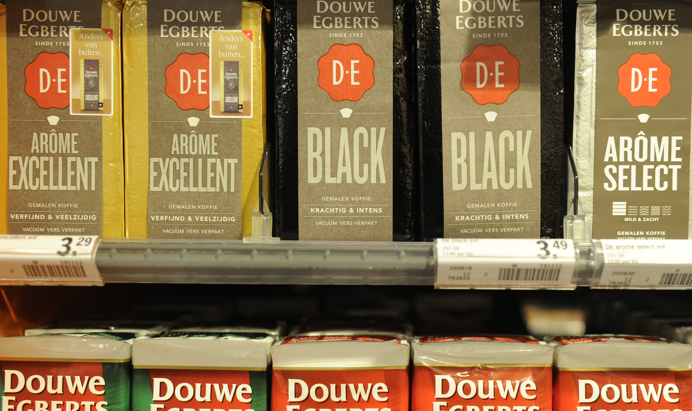 Packets of Douwe Egberts coffee are seen at a supermarket in Amsterdam April 12, 2013. German investor Joh A Benckiser (JAB) is to buy the owner of Douwe Egberts coffee in 7.5-billion-euro ($9.8 billion) deal to bolster its position in a hot drinks industry driven by innovation and emerging market growth. D.E Master Blenders 1753 the Dutch owner of Douwe Egberts coffee and Pickwick tea, said on Friday it had reached conditional agreement on a 12.50 euros per share cash takeover offer from a group of investors led by JAB.  REUTERS/Toussaint Kluiters/United Photos  (NETHERLANDS - Tags: BUSINESS) - RTXYIOV