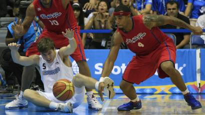 An Argentinian player loses the ball between two Puerto Rican opponents during a men's basketball match.