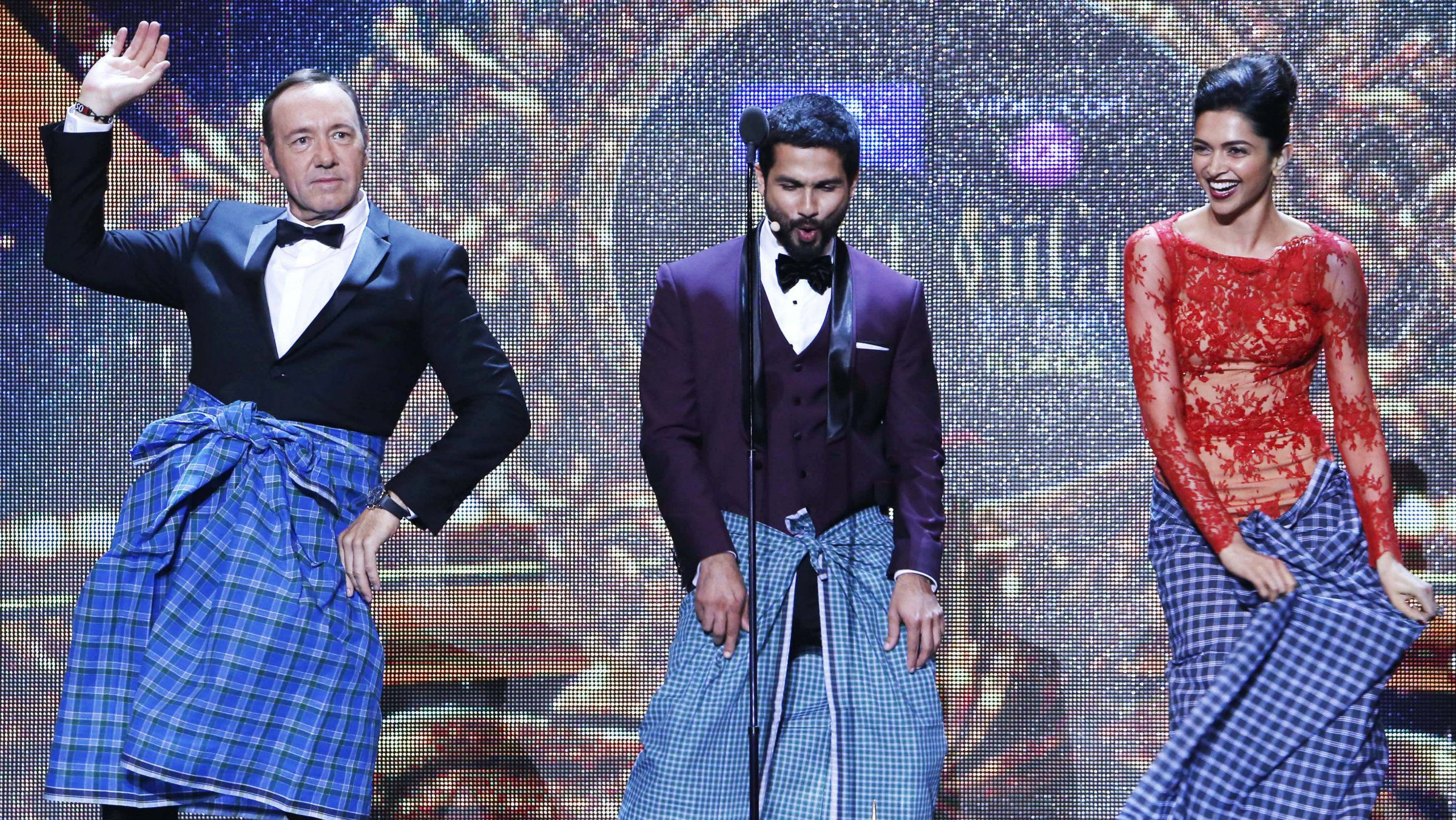 Hollywood actor Kevin Spacey dances the Lungi dance from the film Chennai Express with the film's actress Deepika Padukone and Bollywood actor Shahid Kapoor during the 15th International Indian Film Academy Awards in Tampa, Florida, April 26, 2014.