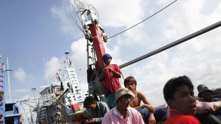 DATE IMPORTED:February 23, 2010Migrant workers from Myanmar clean a fishing net as they sail out of the port of Mahachai, near Bangkok February 23, 2010. Migrant workers in Thailand face extortion, arbitrary detention, forced labour and physical abuse, sometimes at the hand of authorities amidst a pervasive climate of impunity, a leading rights group said on Tuesday. REUTERS/Damir Sagolj